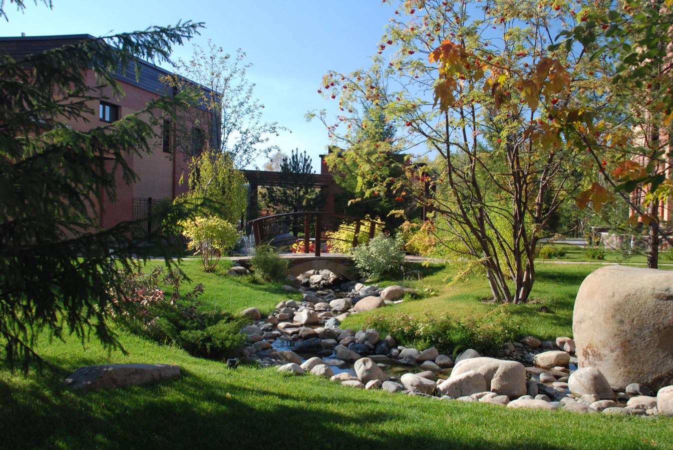Художественный ручей и мостики