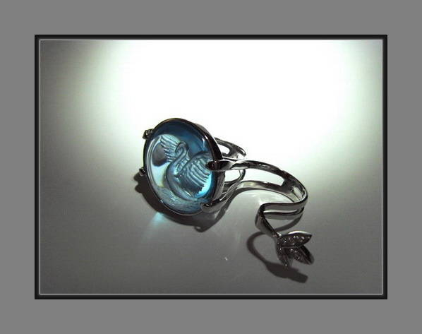 Кольцо  Лебедь ( на два пальца ): Золото, бриллианты, глиптика на топазе 25 мм.