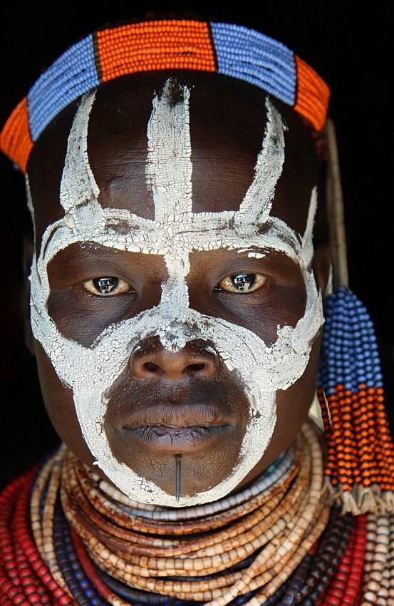 Женщина из племени Каро проживающих на юге Эфиопии в долине реки Омо