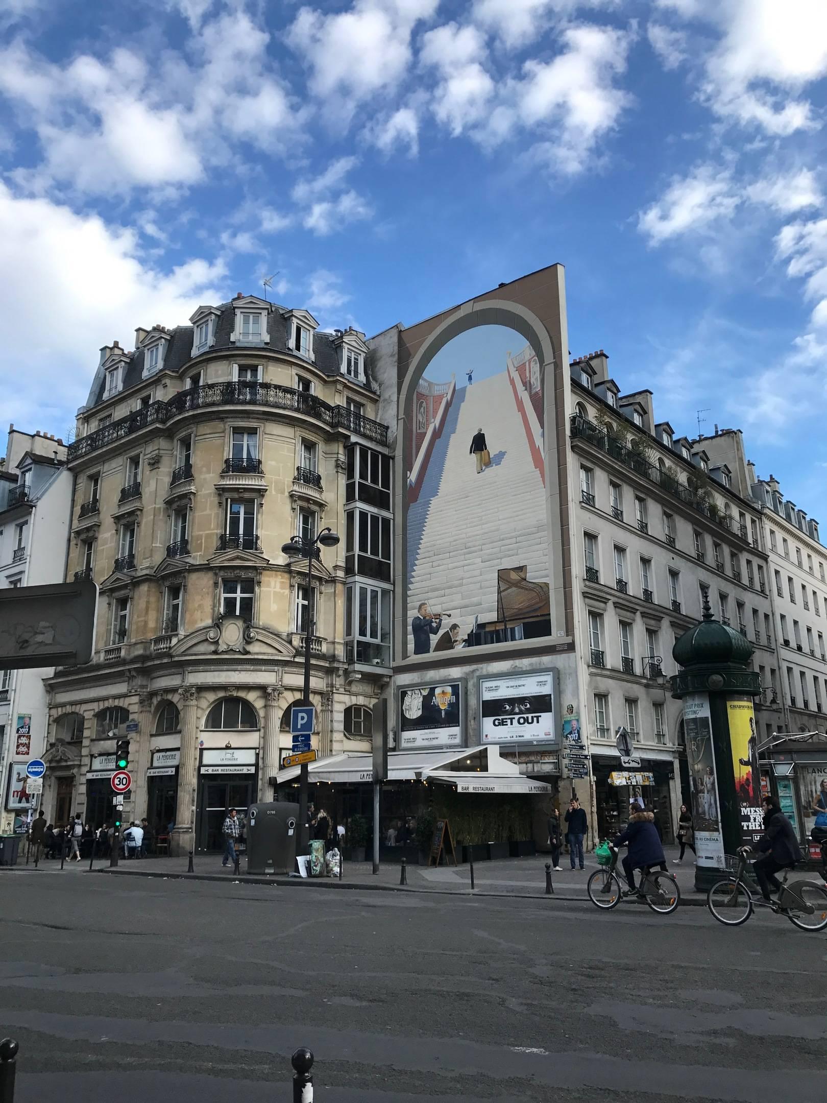 Это работа в центре Парижа