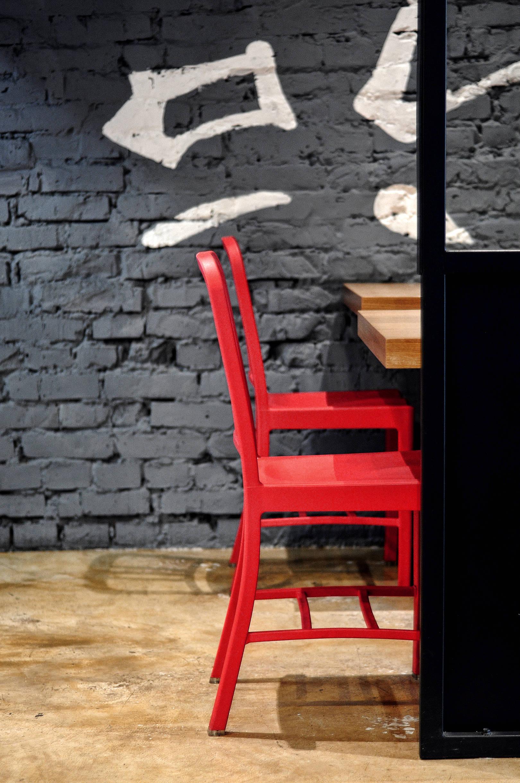 Помещение представляет собой прямоугольную форму, с окнами, вдоль длинной стены. Заведение так же имеет открытую кухню, на открытом огне за 1-2 минуты, в воке при вас готовят свежую лапшу.