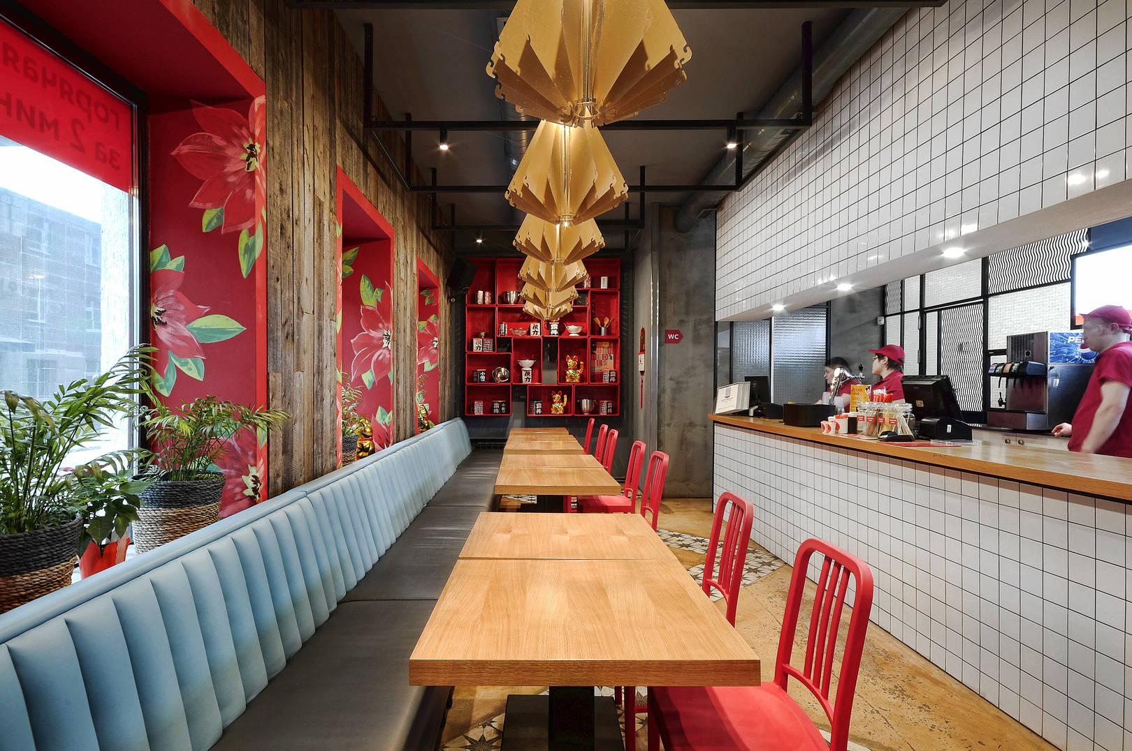 Синефа выполнена в том же виде что и кухонная стойка. Таким образом кухня выделена как самостоятельный элемент интерьера, дополненная белой керамикой.