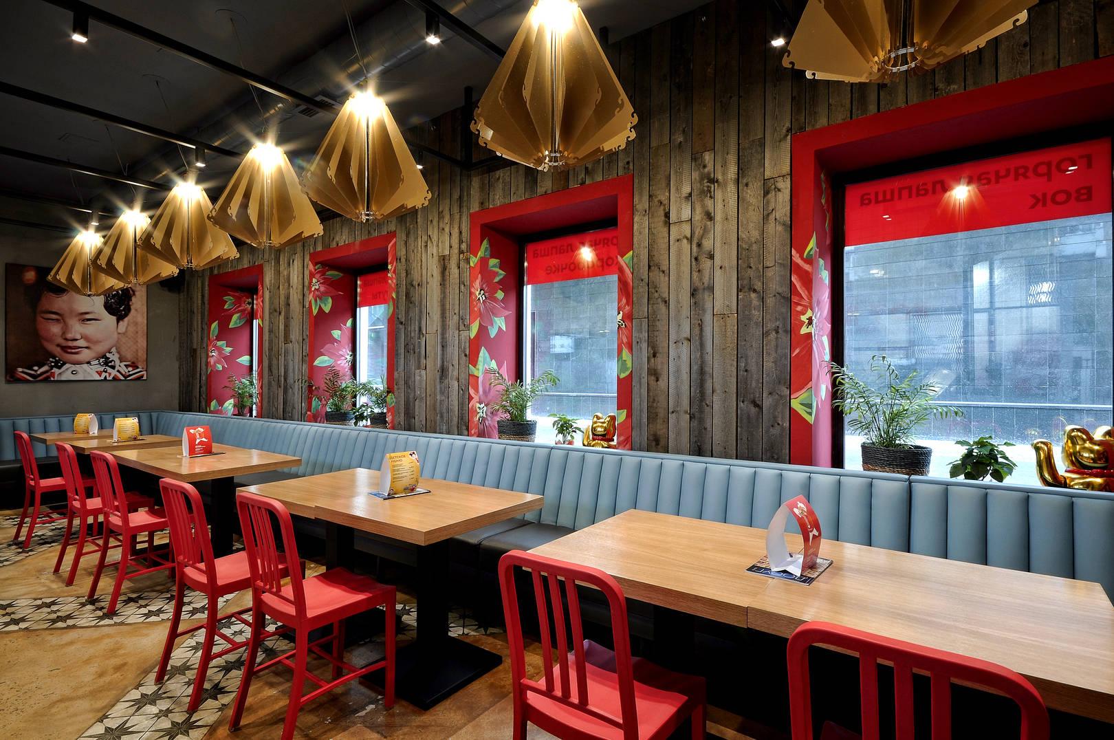 Интерьер наполнен простыми и натуральными материалами, такими как бетон, дерево и металл.