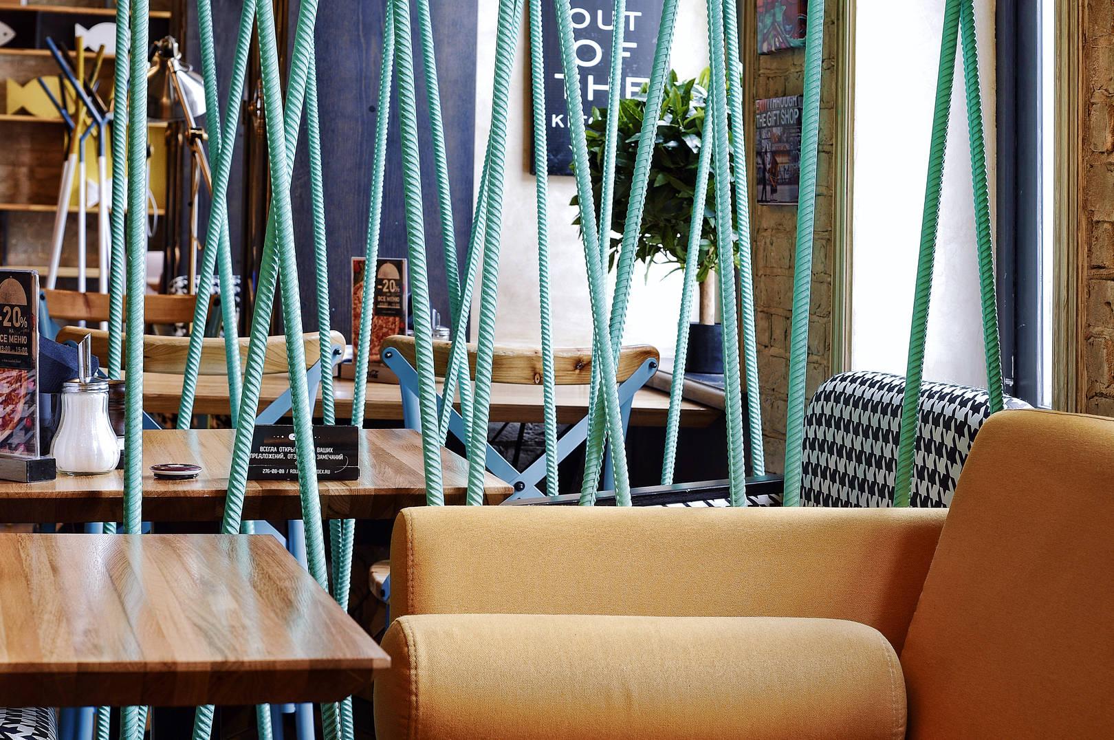 Новое кафе ROLLS -NOVINKA, открылось в Перми. Над его оформлением работал дизайнер Саранин Артемий из студии ALLARTSDESIGN. Кафе находится на 1 этаже нежилого строения в городе Пермь, Российская Федерация. Кафе рассчитано на молодёжь. Ранее здесь уже работало кафе, задача состояла изменить существующий дизайн. Динамичный дизайн интерьера заведения задаёт настроение и привлекает посетителей.  Помещение имеет форму- вытянутый прямоугольник. Заведение разделено на барную зону и основной зал. Так же была сформирована закрытая «комната авиатора». Окна расположены по одной стене. Помещение мы разделили на несколько зон, поставив сквозные перегородки из стального прутка, покрасили его в бирюзовый цвет. Колонны мы спрятали за фальш шкафами. Двери мы сварили из металла и вставили рифлёное стекло, так же из металлических трубок мы сварили 10-ти метровую люстру и в каждую трубу мы вмонтировали лампу.  Бар сформирован для официантов, мы применили новые высотные отметки в стандартах. Создав 2 внешних столешки, визуально перекрыв работу бармена.  Санузел выполнен в монохромных тонах с яркими постерами над унитазом. Умывальник сварили из листа металла и покрасили в графитовый цвет.  Пространство кафе общей площадью 136 квадратных метров состоит из различных зон отдыха, имеющих разные высотные отметки, здесь можно задержаться на деловой обед или же забежать на завтрак и насладится утренним свежим кофе, а каждый вечер здесь полно молодёжи, так что столы надо бронировать заранее.  #allartsdesign #design #designinterior #allarts #russiadesign #novinka #rollsnovinka#cafedesign #роллс #cafedesign