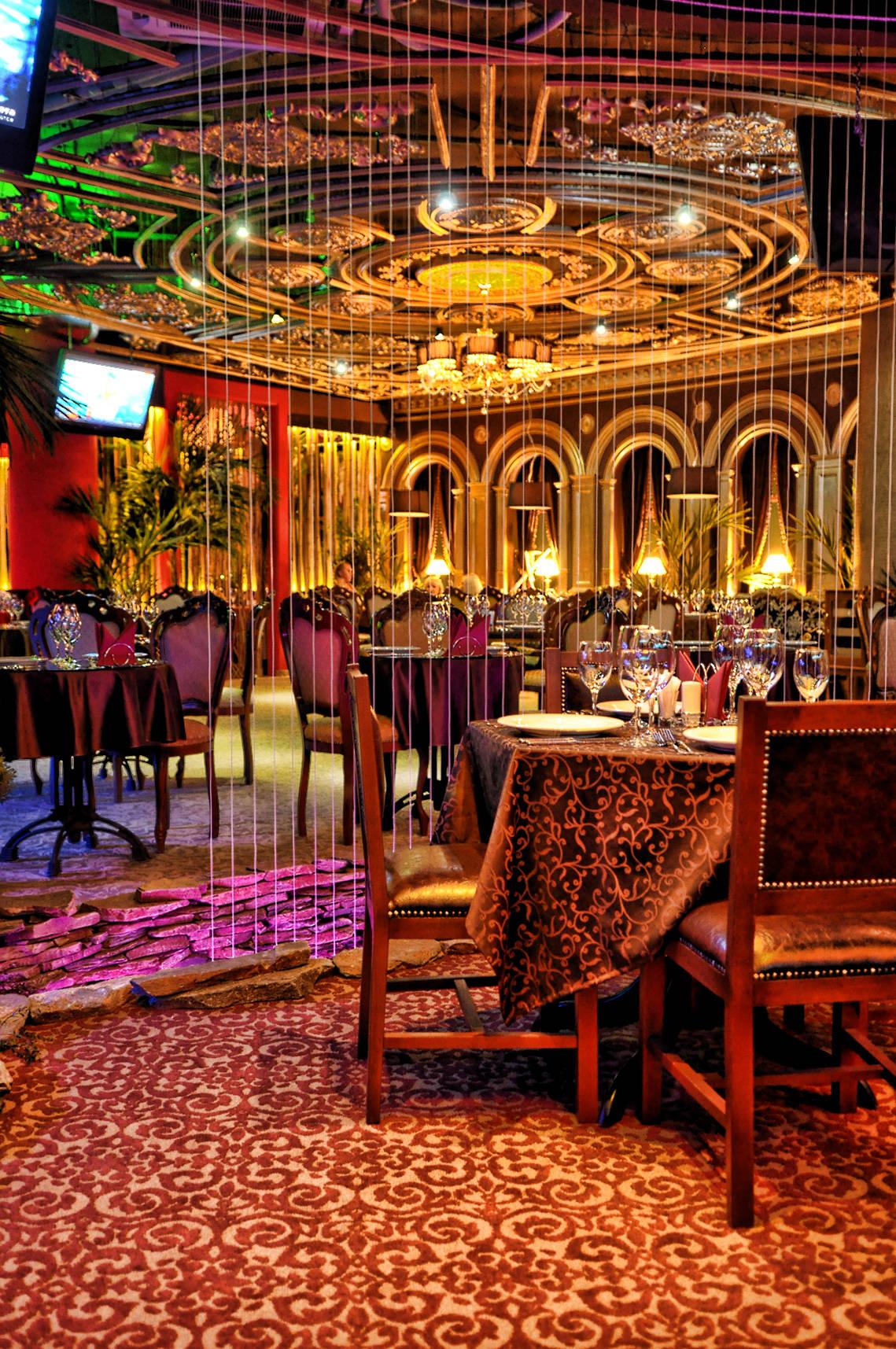 Итальянский ресторан DON CORLEONE от студии ALLARTSDESIGN, дизайнер Саранин Артемий. Клиент сразу определил, что на этом месте надо сделать итальянский дорогой, красивый ресторан. У нас по факту была пустая площадка с витражным остеклением в торговом центре.