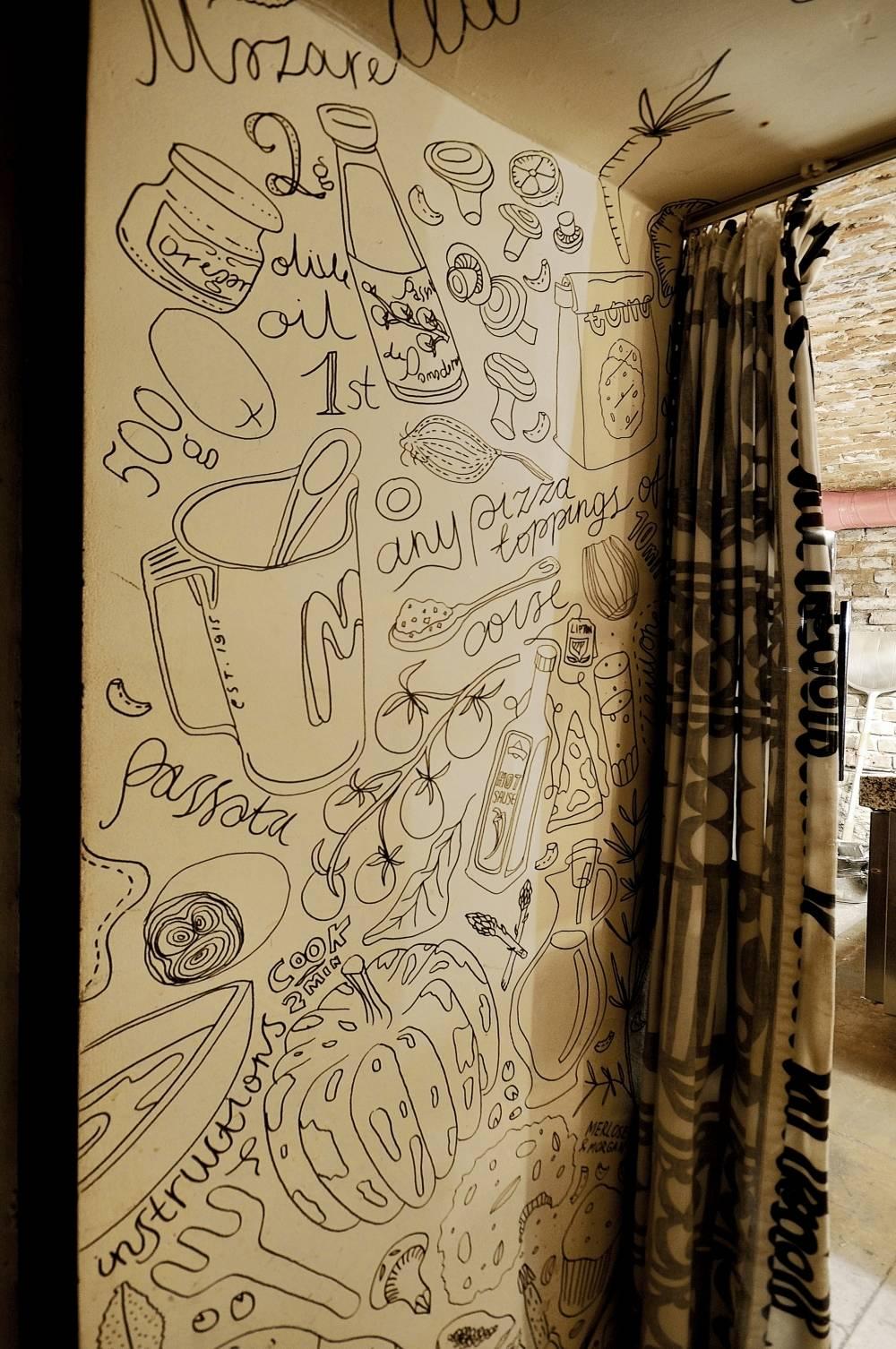 Арку в санузел Саранин Артемий разрисовал маркерам, образами выступили составляющие ингредиенты пиццы.