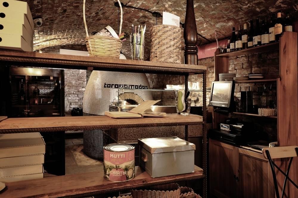 Само помещение имеет сводчатый 100-летний потолок, и имеет небольшую площадь в 38м2. Концепция американской кухни-  предлагает пиццу, приготовленную в на воздушном бруклинском тесте, на открытом огне. В Toropomodoro тесто готовят по особым секретным рецептам. Поэтому вкус пиццы оригинален и не похож на классическое представление.