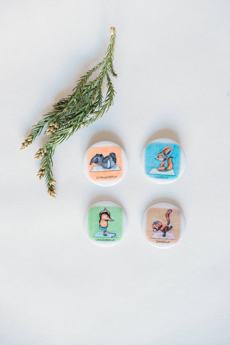 Яркие йога-значки от магазинчика bambinilavka.ru. Приятный маленький приз для юных йогов.