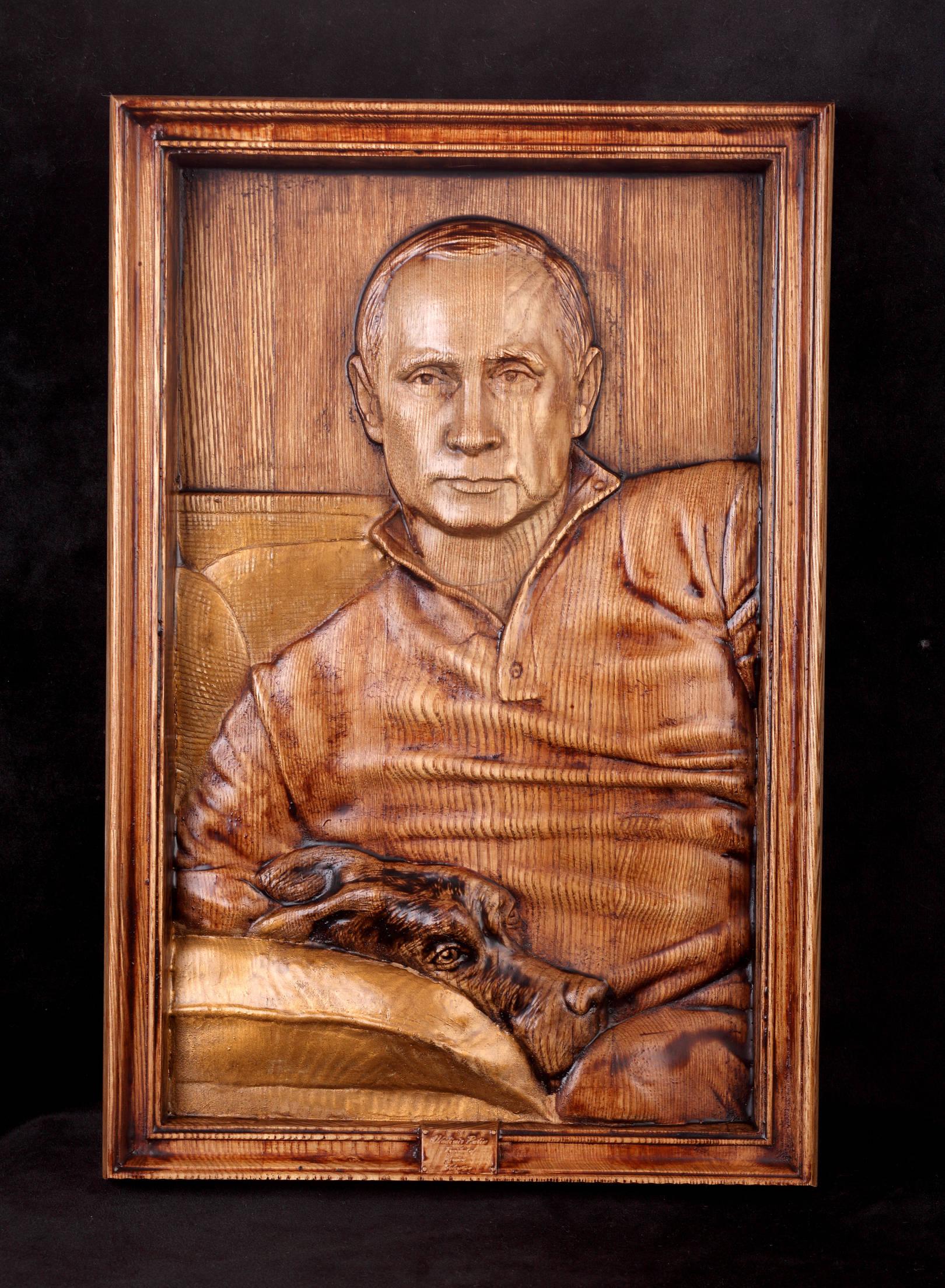 Барельеф. Президент Российской федерации.Путин Владимир Владимирович. Материал :дерево,ясень,воск