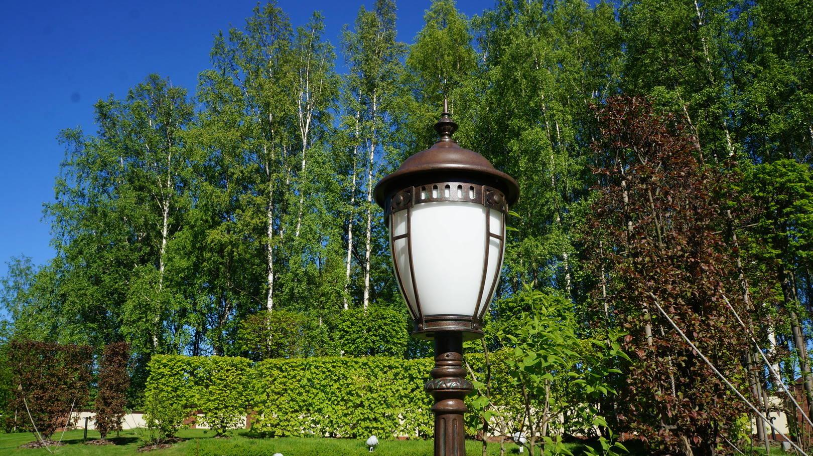Садовые фонари, малые архитектурные формы придают саду особый шарм.