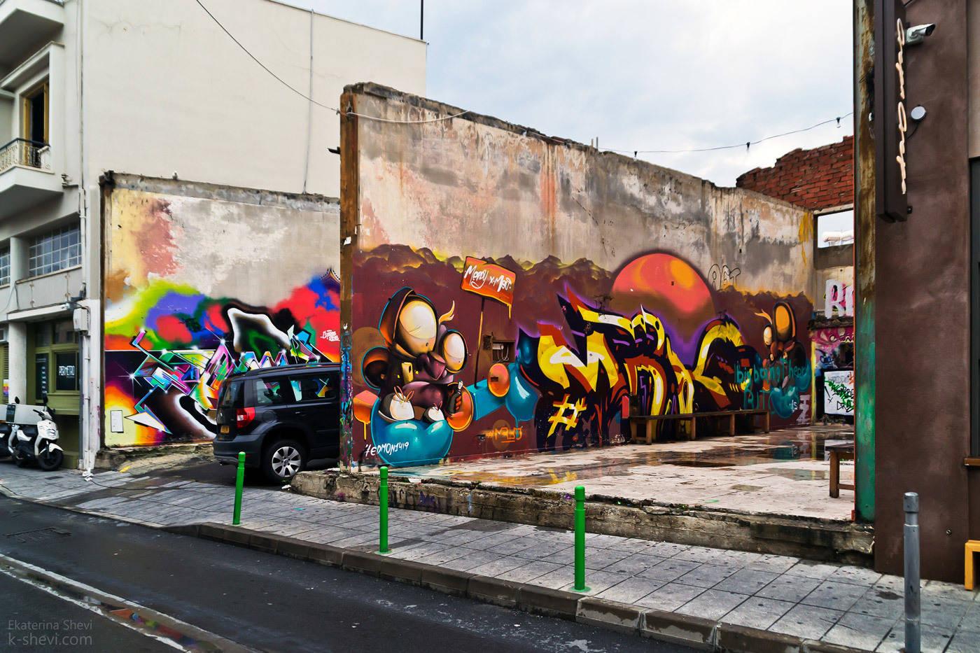 То ли парковка, то ли беседка.... И ощущение, что любой город, любая, даже самая мрачная стена или забор может стать украшением и достопримечательностью.