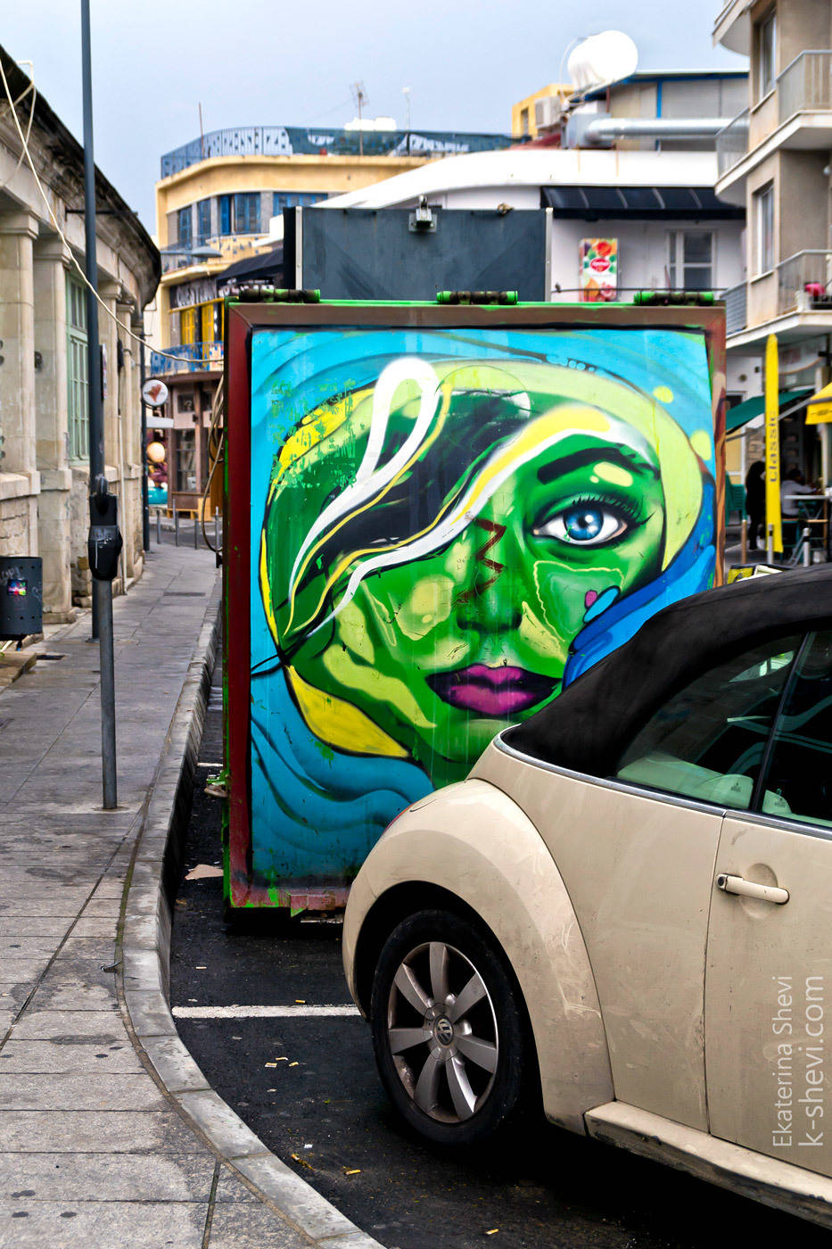 Стрит-арт на Кипре вполне уместный и актуальный. Действительно украшает город.