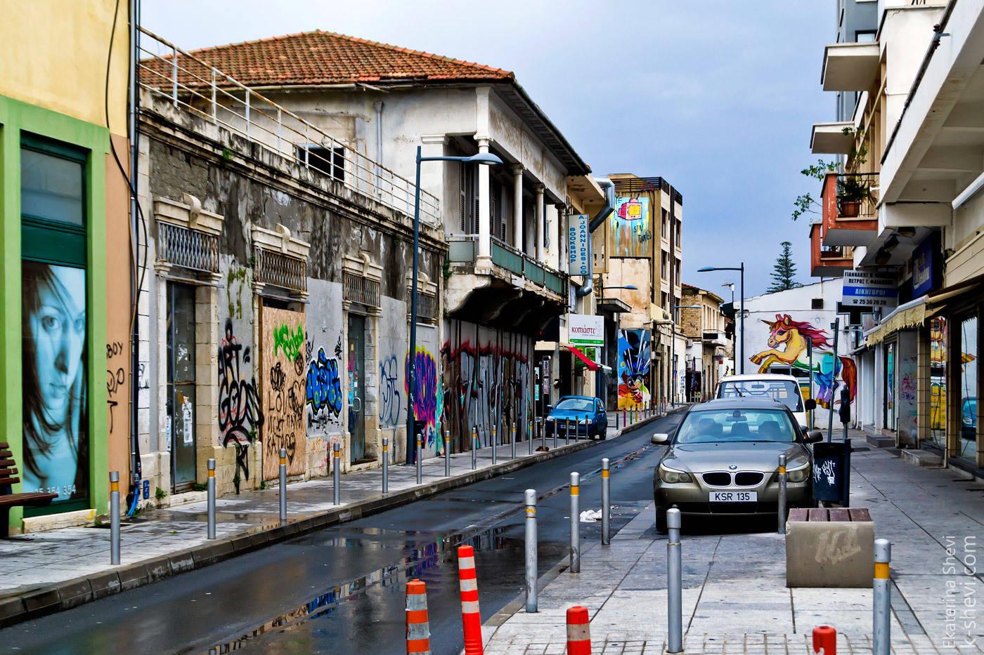 В Старом городе- граффити украшают мрачные стены.
