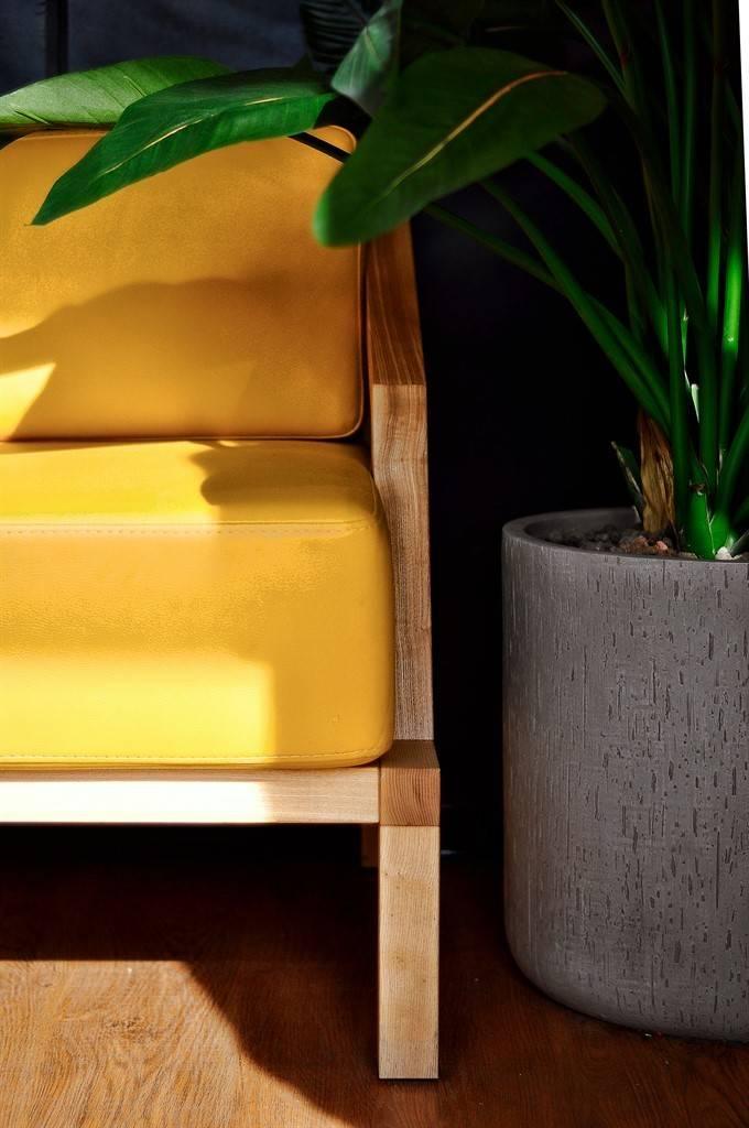 ALLARTSDESIGN - Саранин Артемий дизайнер / Жёлтый, уже фирменный диван- дизайнерам выполнили по чертежам. Барную стойку, дизайнер облицевал фирменной бетонной плиткой, которая долго и кропотливо создавалась для данного проекта. Полы выполнены в имитации дуба. Потолок умышленно «спрятали» закрасив в почти чёрный цвет, такой приём дизайнер сделал, чтобы не отвлекать от пронзительного взгляда девушки.