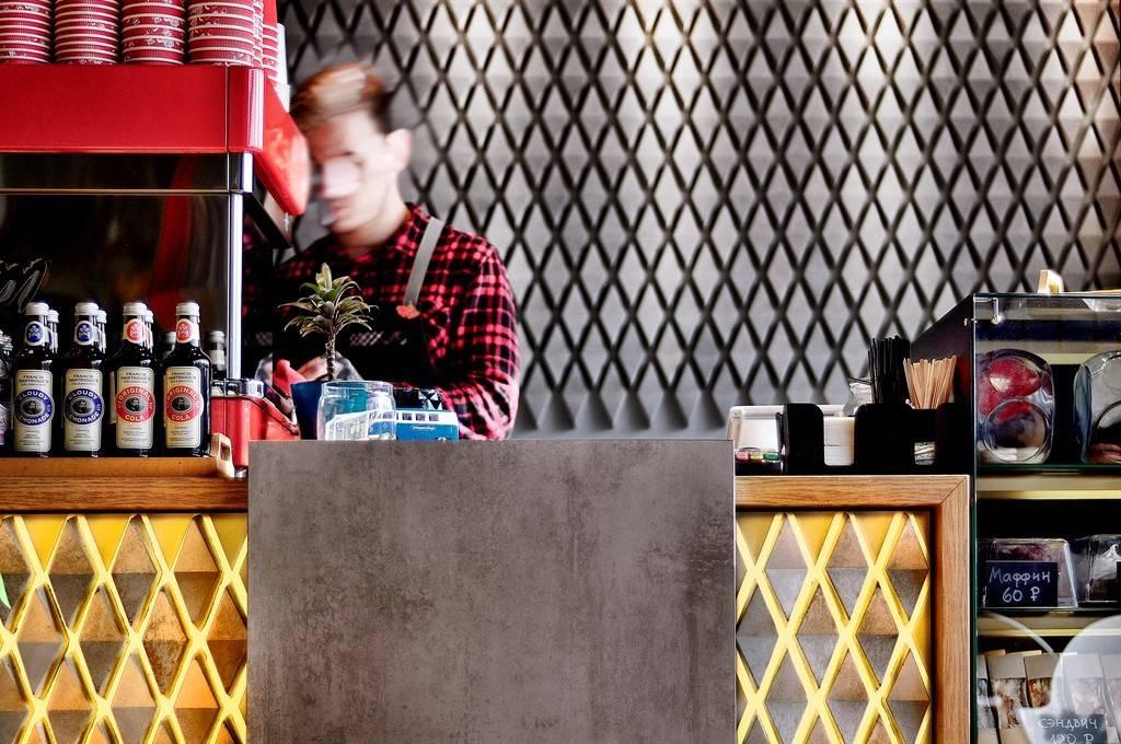 Небольшая, но оригинальная кофейня открылась в Перми. Интерьер создавала студия ALLARTSDESIGN (Россия, г. Пермь), во главе с дизайнером Сараниным Артемием. Это уже третья совместная работа кофейни #redcupteam и ALLARTSDESIGN – для города.