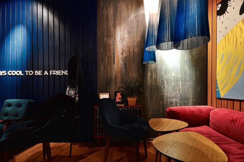 Пространство кофейни общей площадью 38 квадратных метров, состоит из двух небольших залов, в одном дизайнер разместил барную стойку с кондитерской витриной, а во втором сформировал уютную посадку.