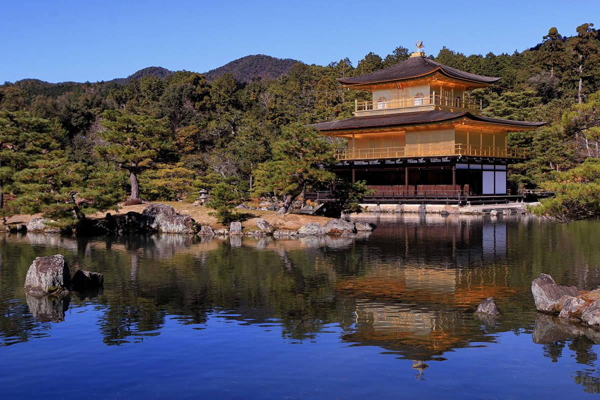 Золотой павильон Кинкаку-дзи в Киото (Япония).