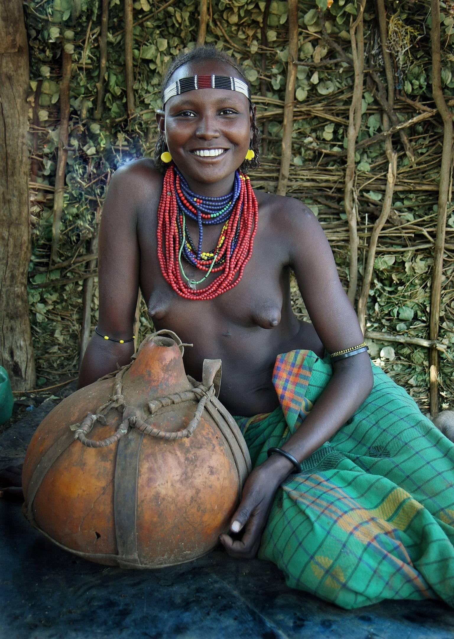 Девушка с калабасом из племени Дассанеч (Уганда).