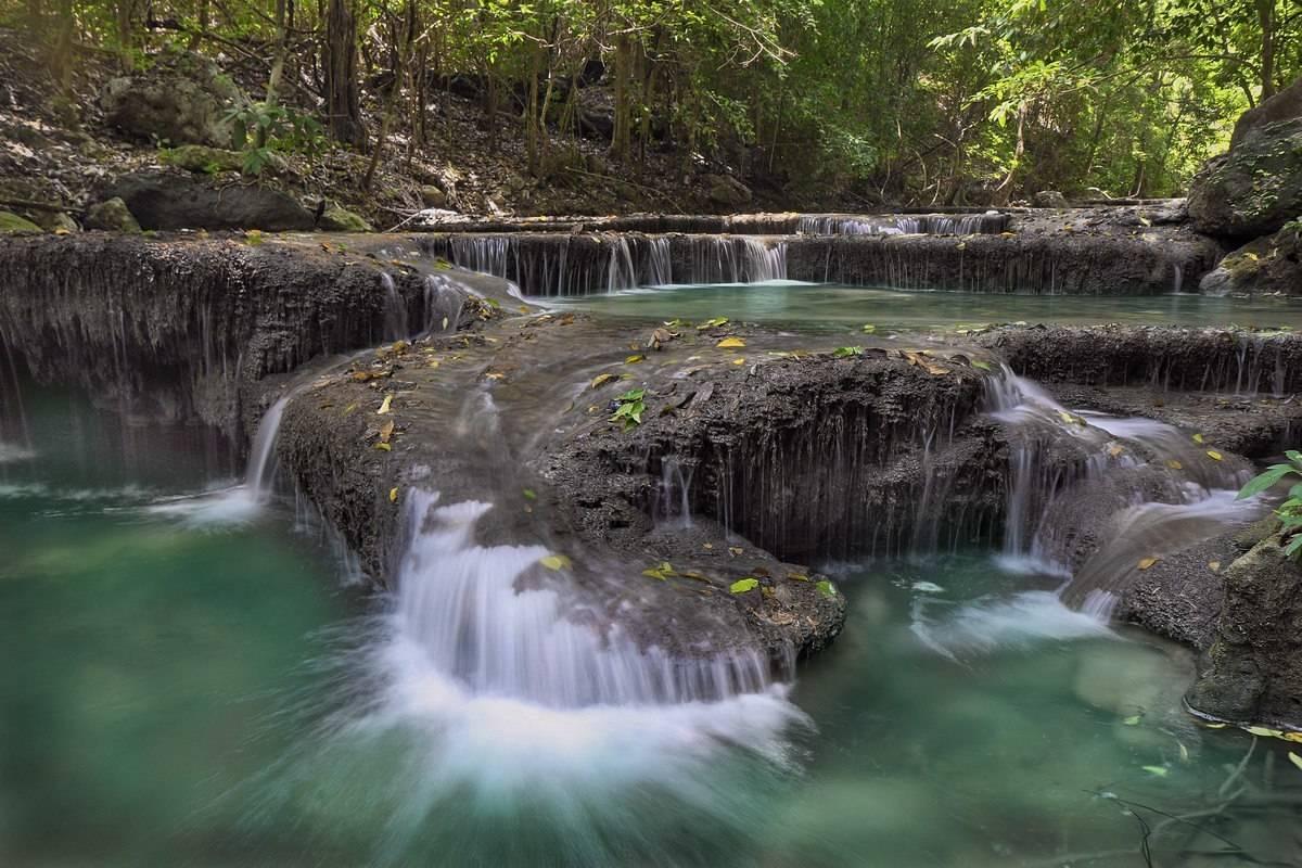 Один из семи  каскадов водопада Эраван (Тайланд).