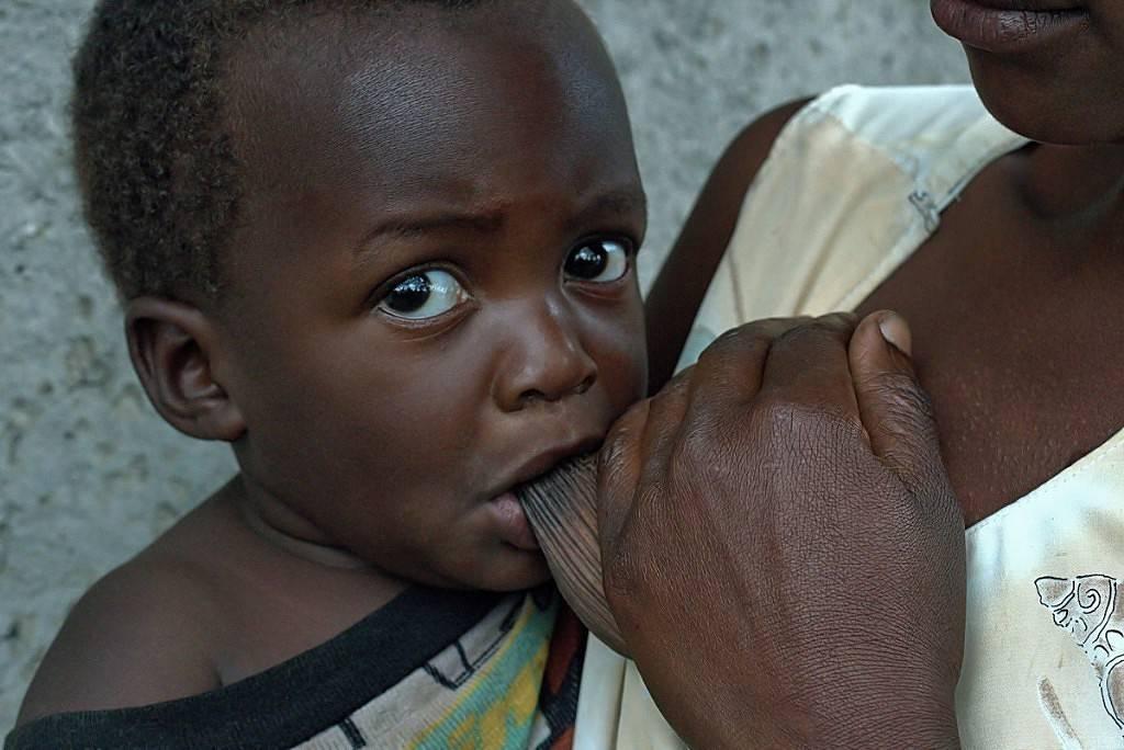 Кормление ребёнка (Уганда).