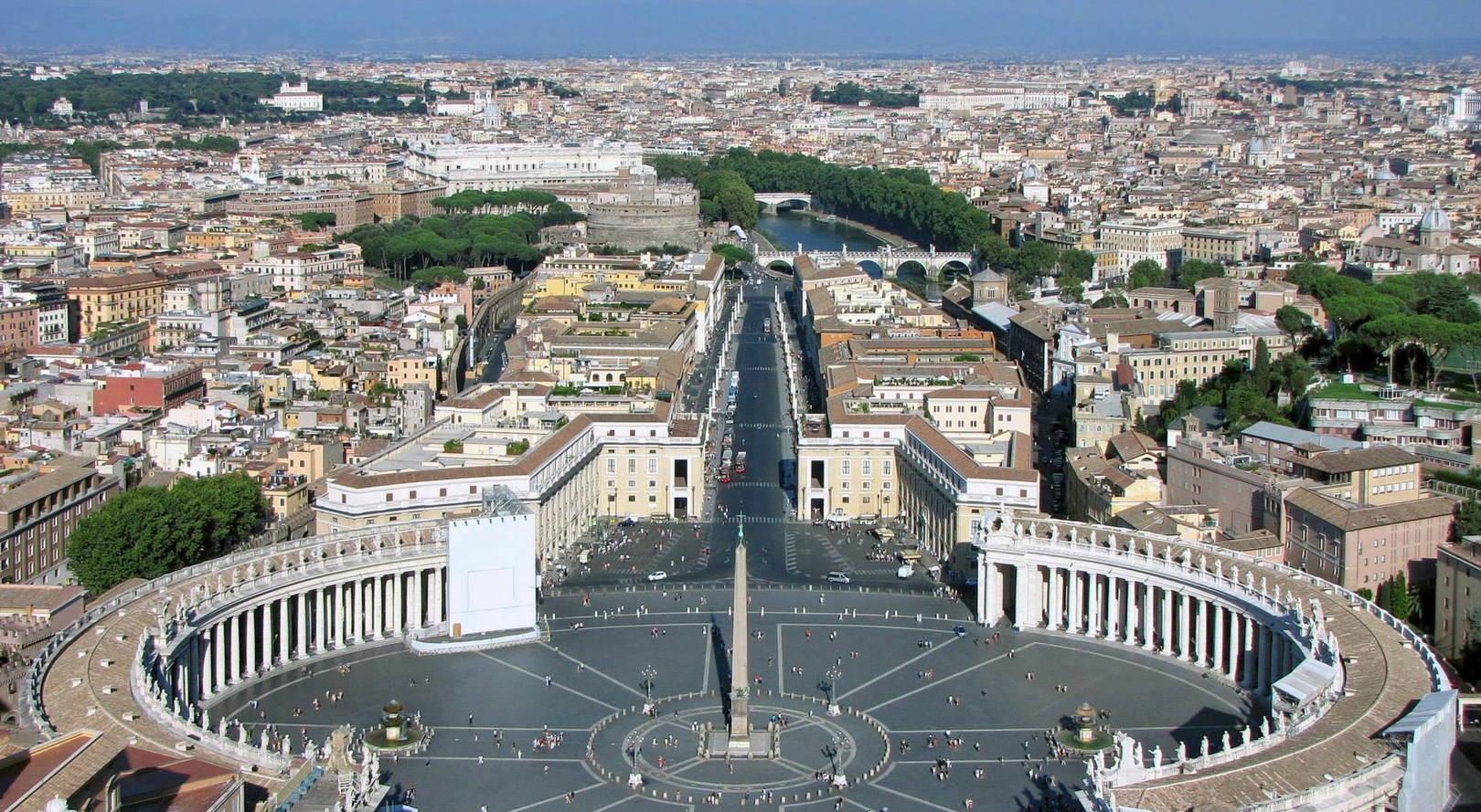 Площадь Святого Петра в Ватикане и город Рим (Италия).