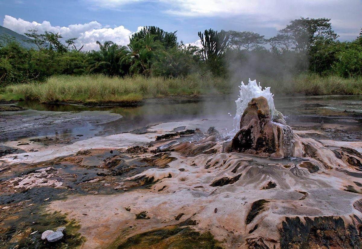 Парк гейзеров Семлики в Уганде.