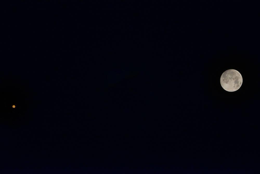 Луна и марс за сутки перед началом затмения