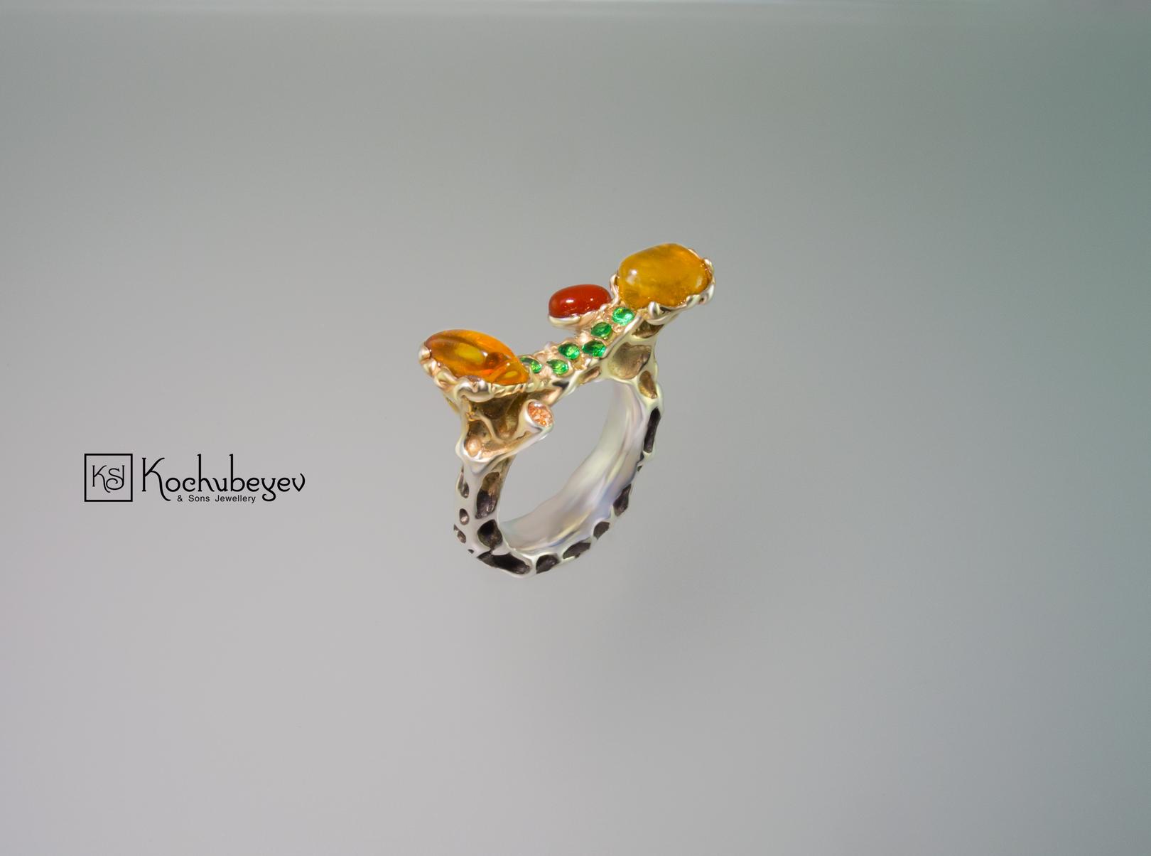 Кольцо JJ с янтарем. Серебро 925, позолота, оксидирование,янтарь, сердолик, цавориты, топаз.