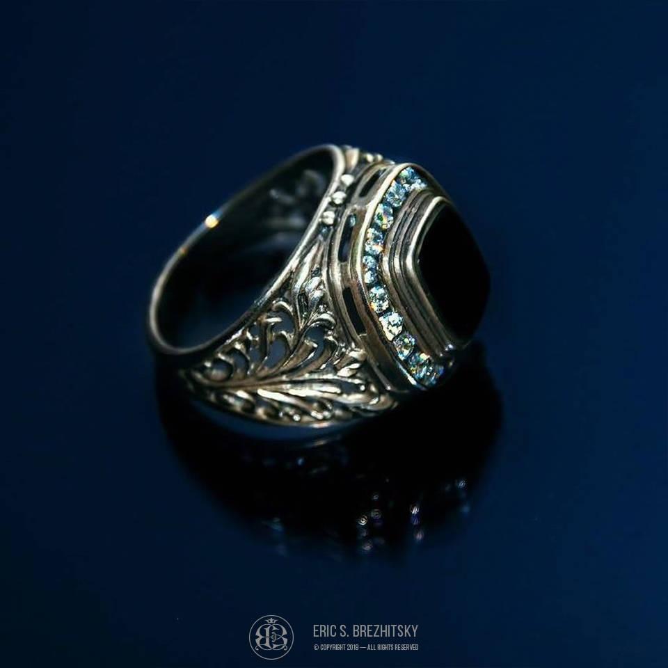 Мужской перстень. Серебро 925 пробы, ручная рельефная гравировка, камни — чёрный оникс, фианиты.