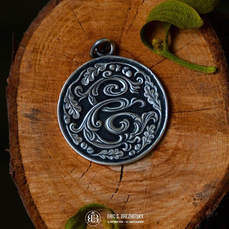 Медальон с вензелем. Монетное серебро 925 пробы, ручная рельефная гравировка с чернением.