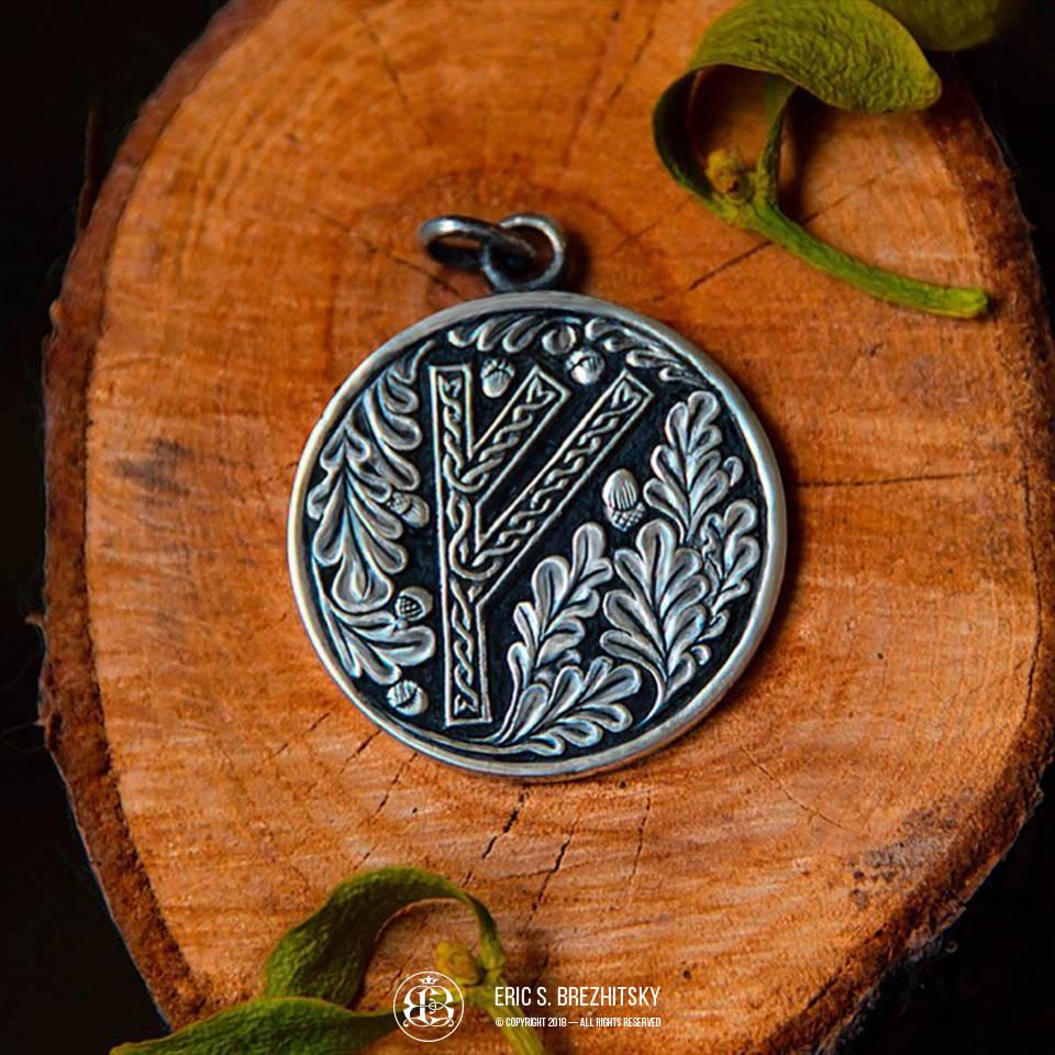 Рунный медальон. Монетное серебро 925 пробы, ручная рельефная гравировка с чернением.