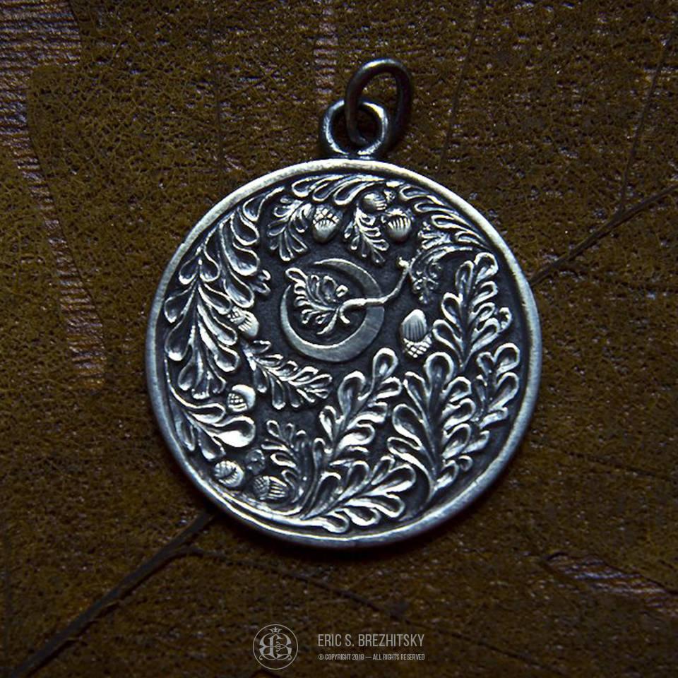 Медальон Луна и Дуб. Монетное серебро 925 пробы, ручная рельефная гравировка с чернением.