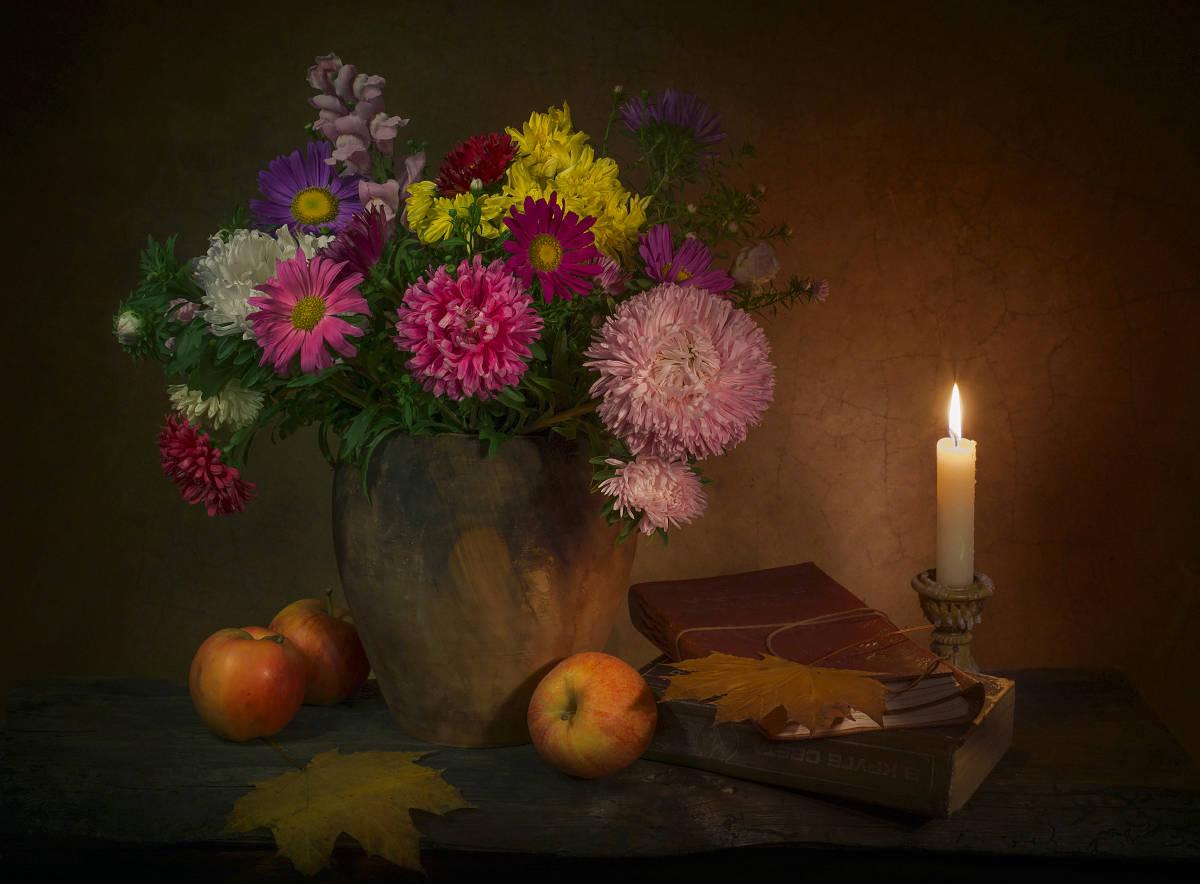 О чем-то близком и родном, сгорая, плачут свечи...