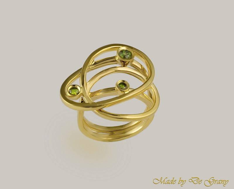 Кольцо ОРБИТА. Золото и зелёные бриллианты.