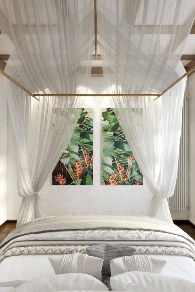 Напротив изголовья кровати расположились два холста с изображением ярких тропических растений. Казалось бы просто панно, но именно оно привносит в пространство сочный цвет и дает насладится  прекрасным