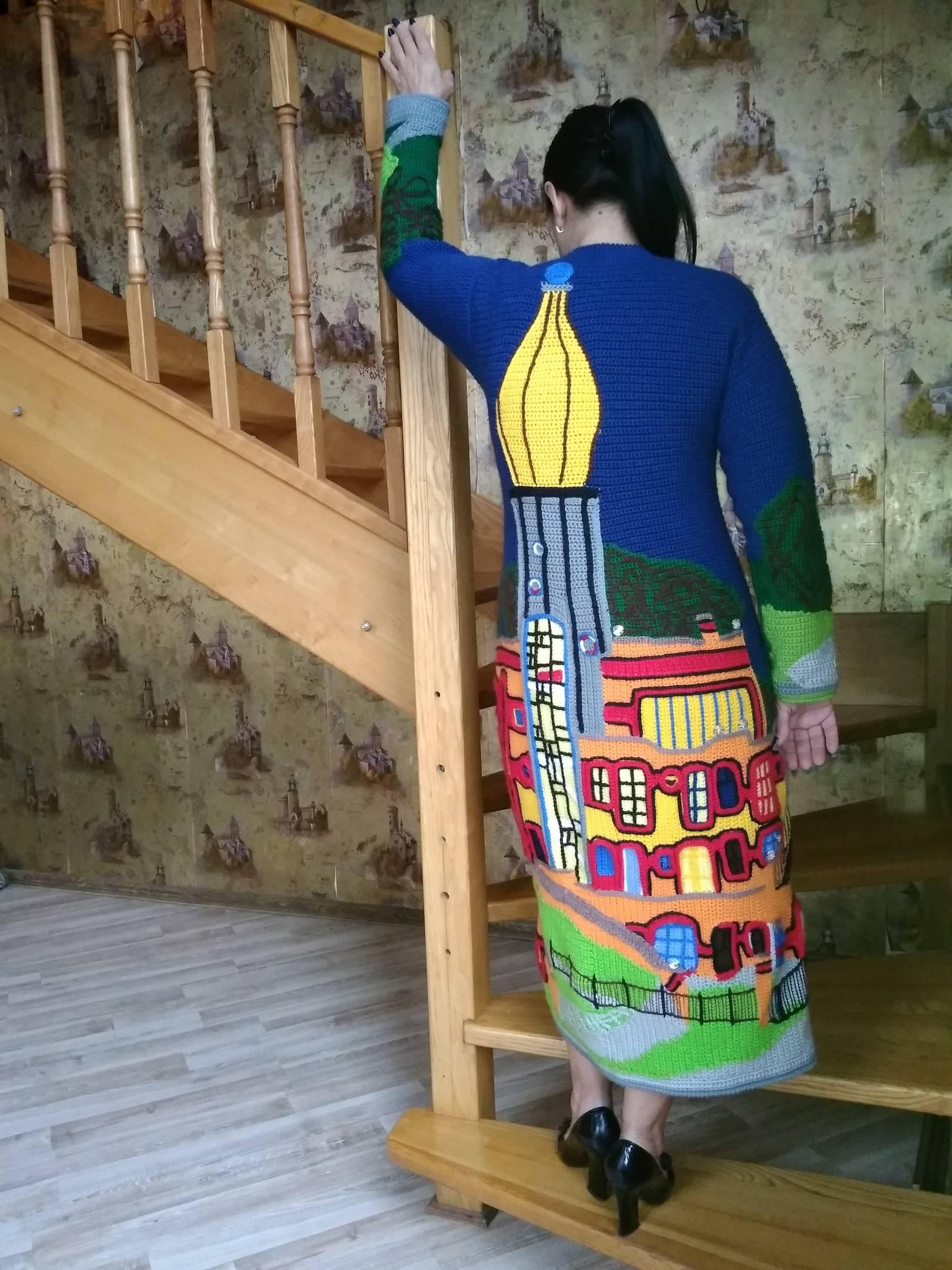 """Пальто-""""Здание Макдональдс,Эссен,Германия"""".Выполнено крючком,техника интарсия,авторское текстурирование полотна с созданием 3D эффекта.Украшено кристаллами Сваровски."""