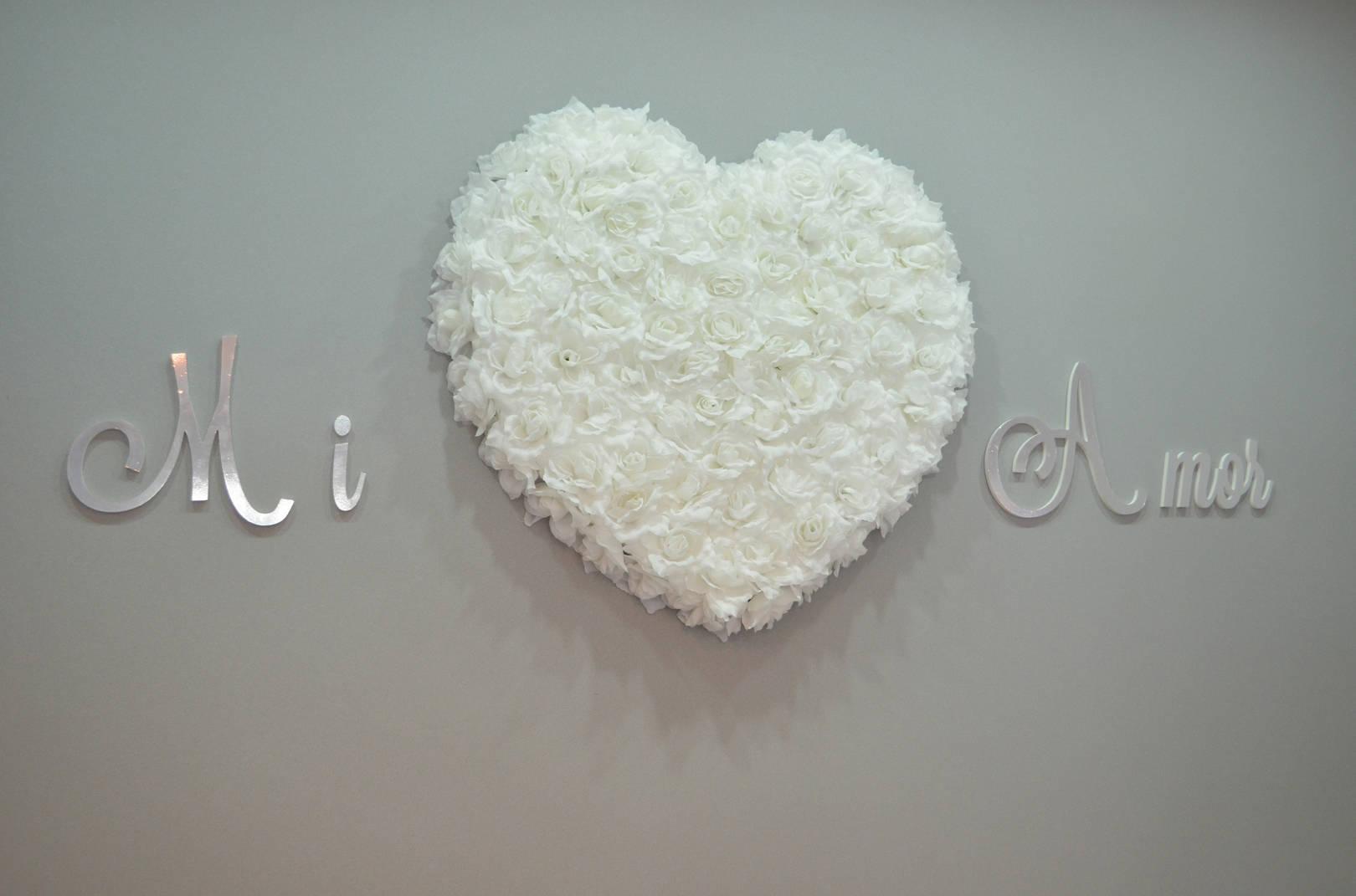 Для бутика Mi Amor мы использовали аксессуар в виде большого сердца из белых роз.