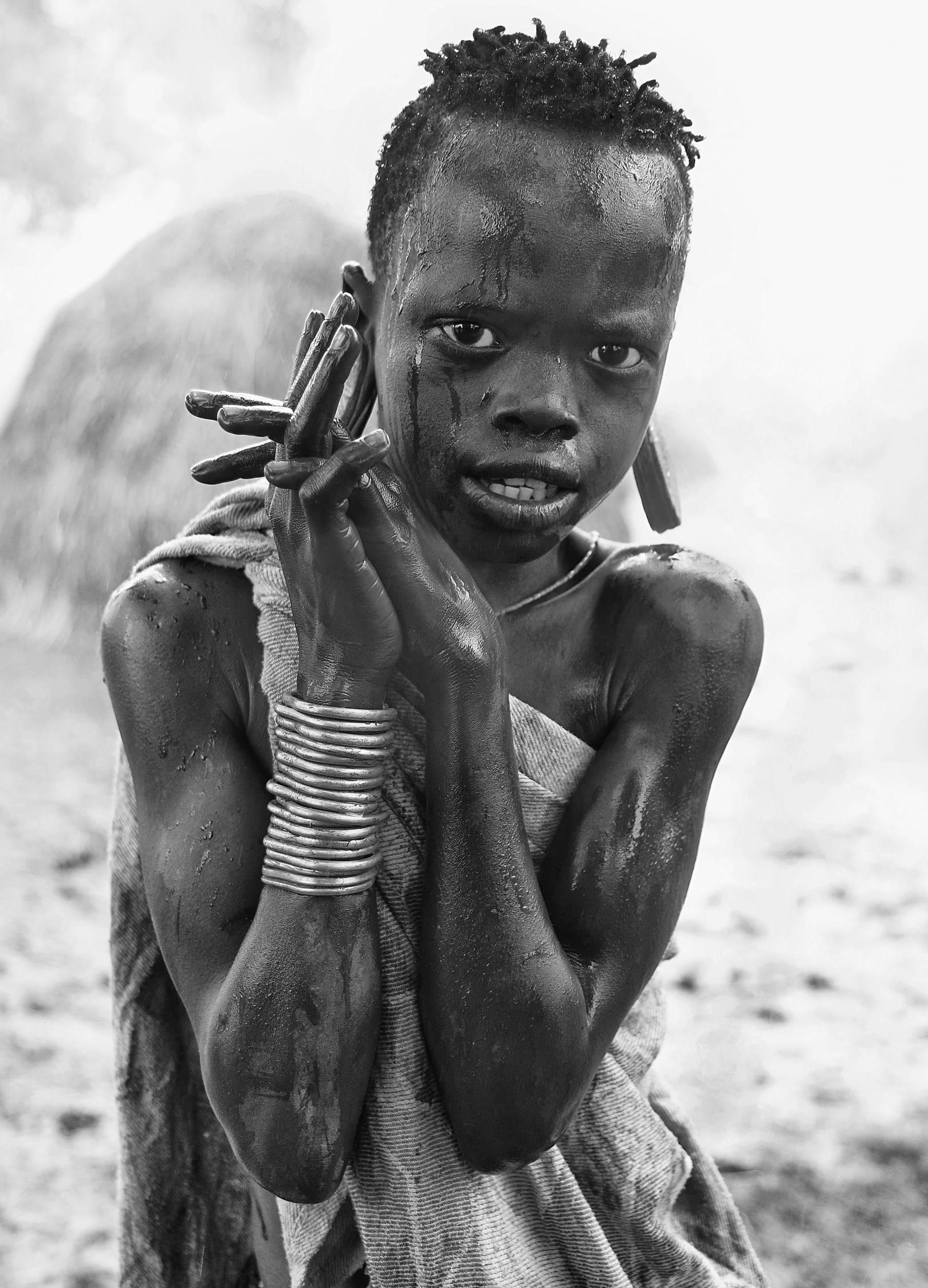 Девочка из племени Мурси под дождём