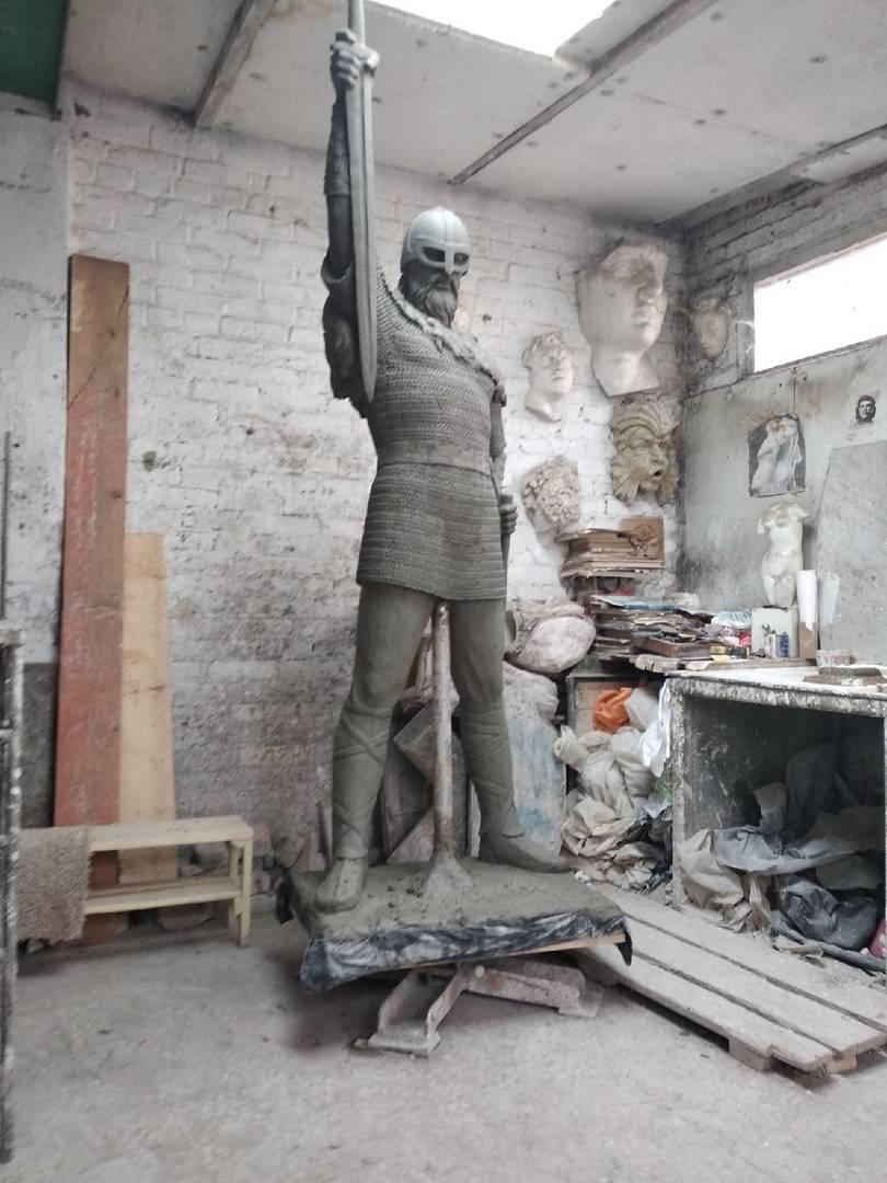 Между ног - это временная точка опоры, а не деталь скульптуры!