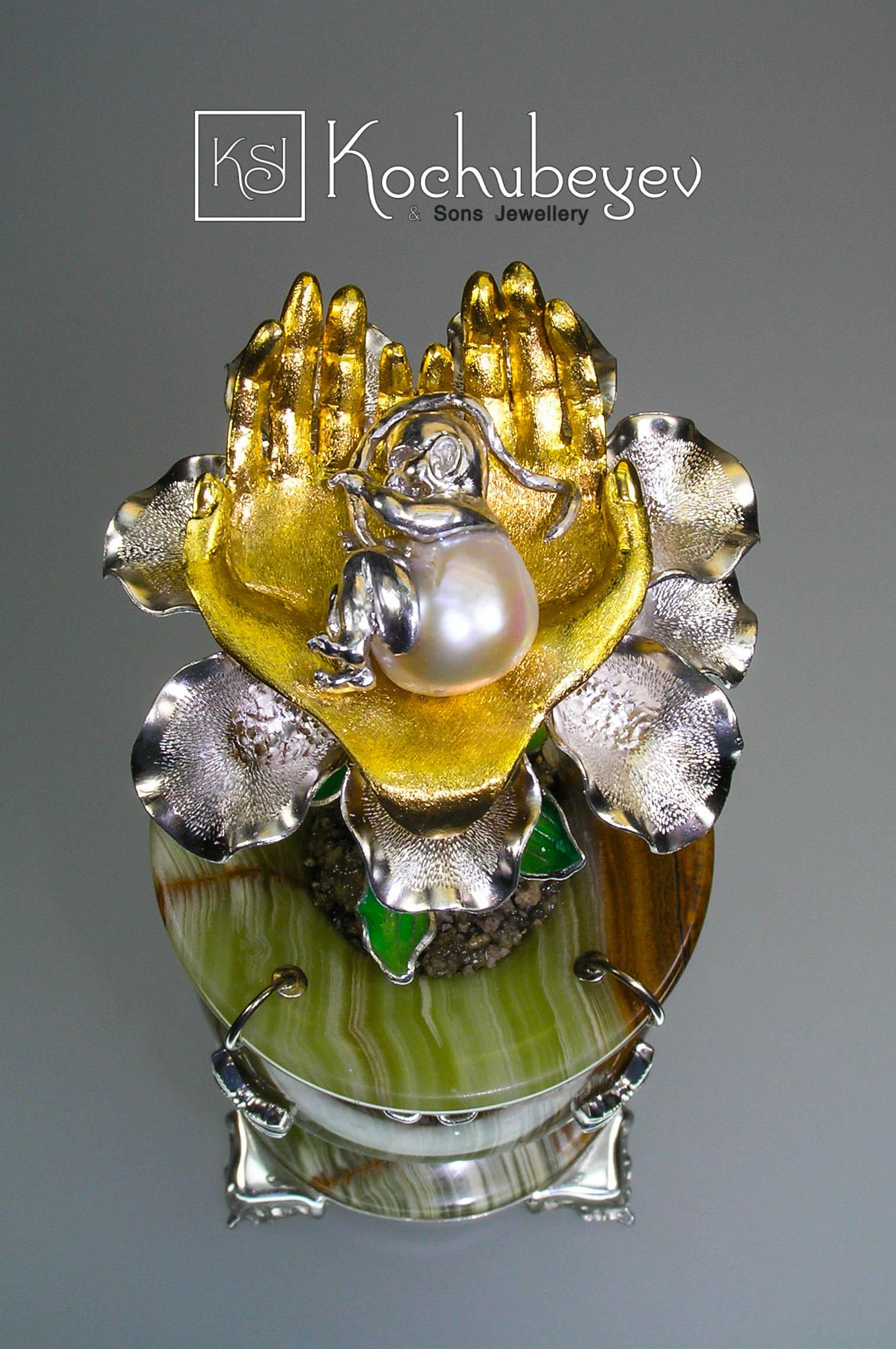Цветок Новой Жизни. Барочный жемчуг, оникс, эмаль, серебро, золочение.