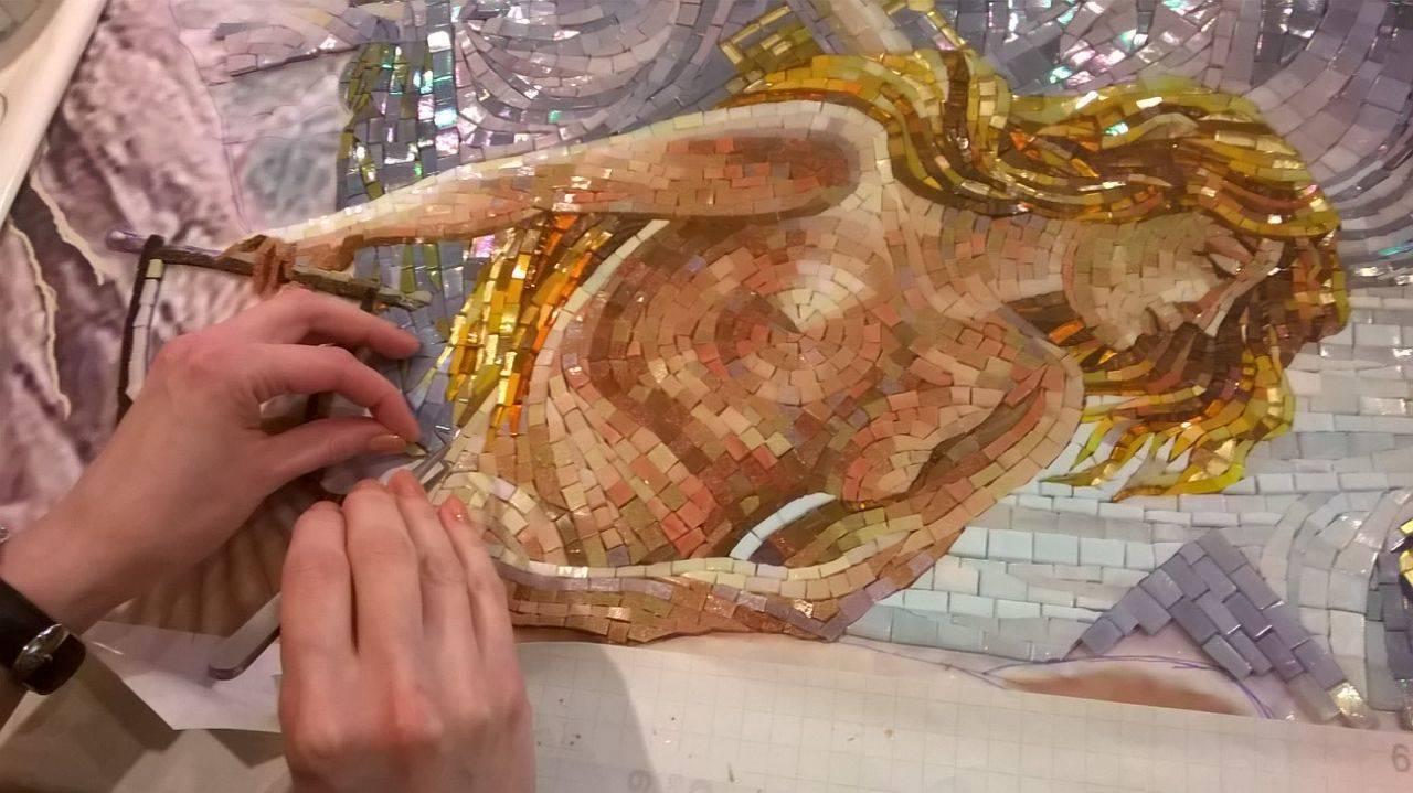 Мозаична картина «Пещера нимф шторма» Эдварда Джон Поинтер. Для создания этой картины использовалось большое изобилие цветовой палитры и фактурной: глянцевая и матовая мозаика  разных коллекций, каменная мозаика. Для того что бы передать мягкую светотеневую моделировку нежно бархатной кожи нимф, волосы, детализацию текстиля и украшений, применялась техника микромозаики.@irina_nesterova_in