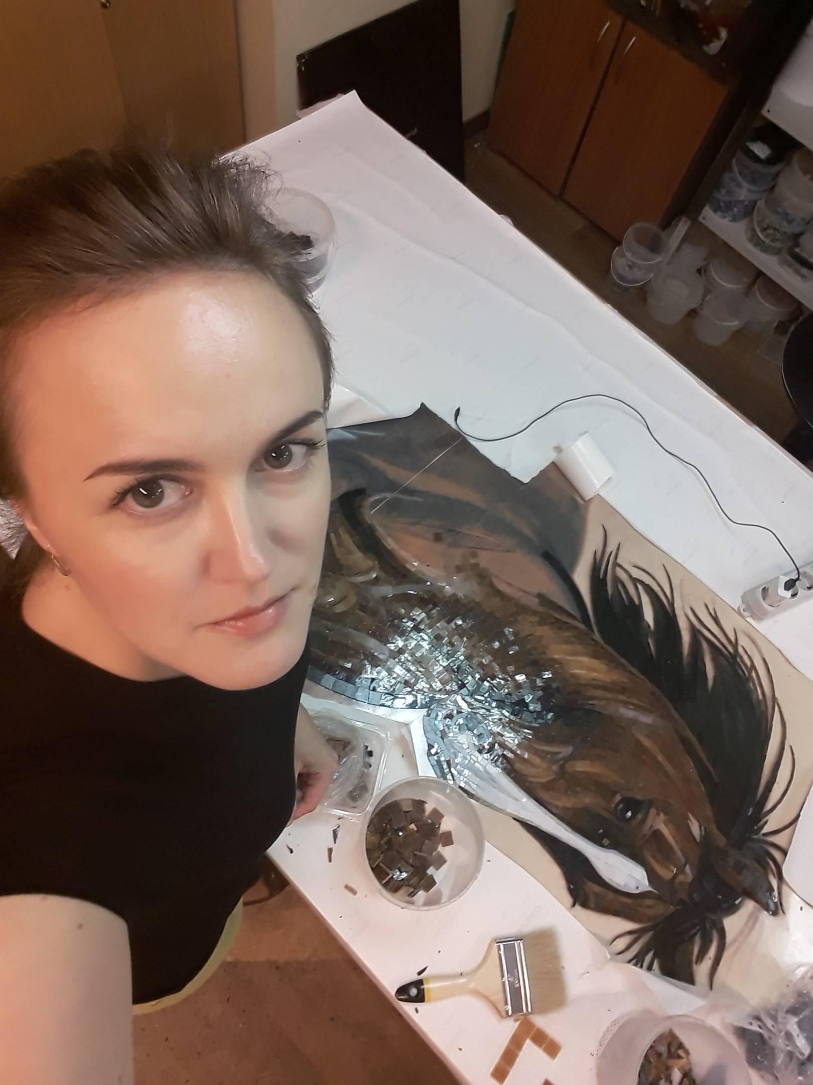 Лошадь  выполнена из витражного стекла. Гладкая  поверхность материала  создает  глянцевый эффект на поверхности картины, это придает блеск  и ощущение отполированной картины.