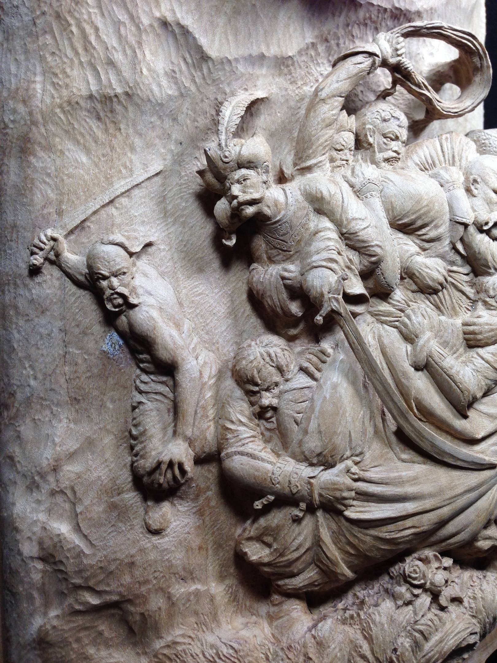 « Попытка захвата казацкого Атамана» (фрагмент в ракурсе). Материал: дикая груша. Размер: высота 18 см, ширина 13 см; высота 18 см. Ручная работа. Май 2020 год.