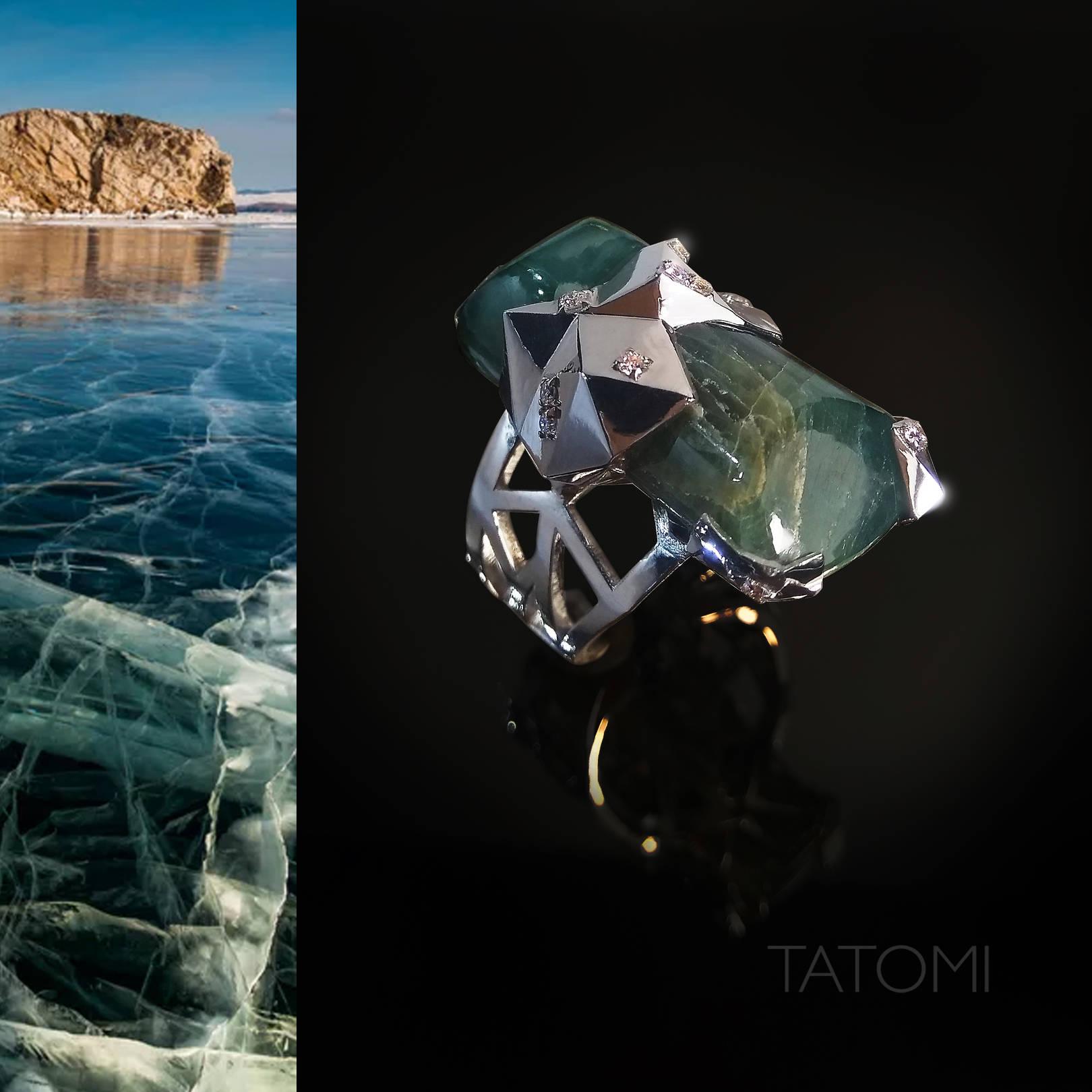 Редкий камень грандидьерит, похожий на покрытый прожилками лед, задал тон этому кольцо - осоколки льда с бриллиантовыми капельками.