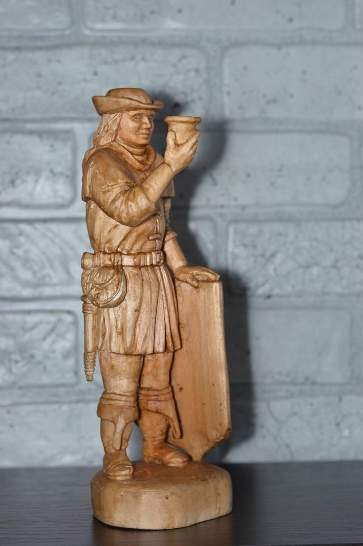 Герб города. Тонирован и покрыт воском. Высота 28см