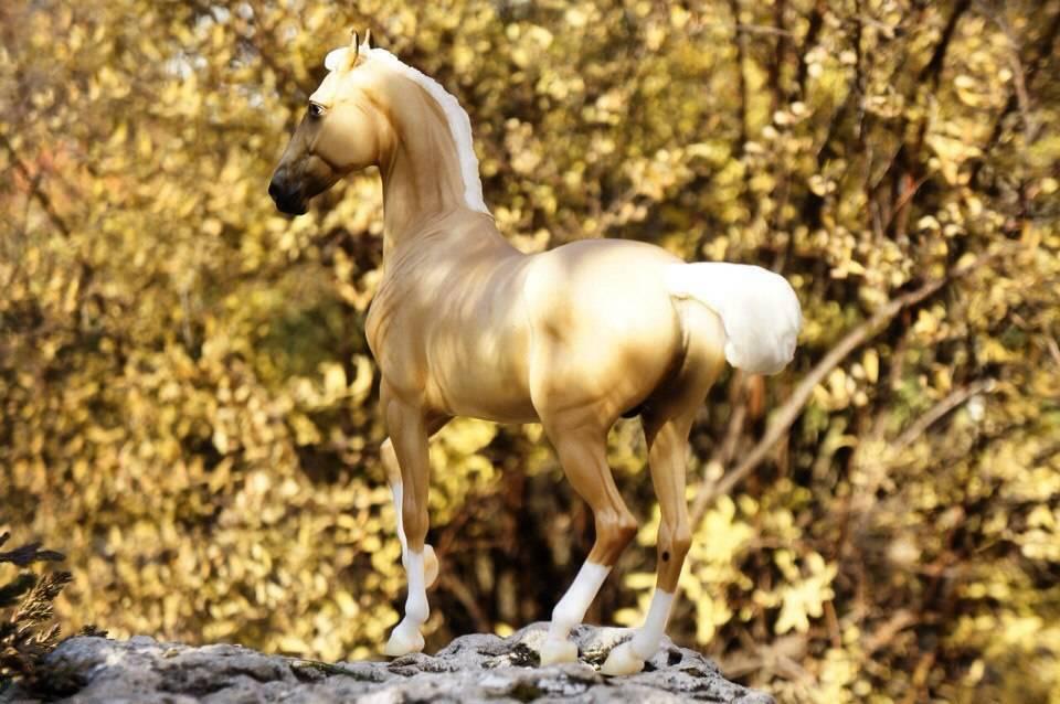 """Постановочное фото миниатюрной модели лошади """"Breyer"""" """"Желтое настроение"""""""