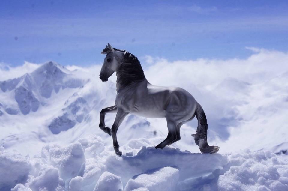 """Постановочное фото миниатюрной модели лошади """"Breyer"""" """"Горы"""""""