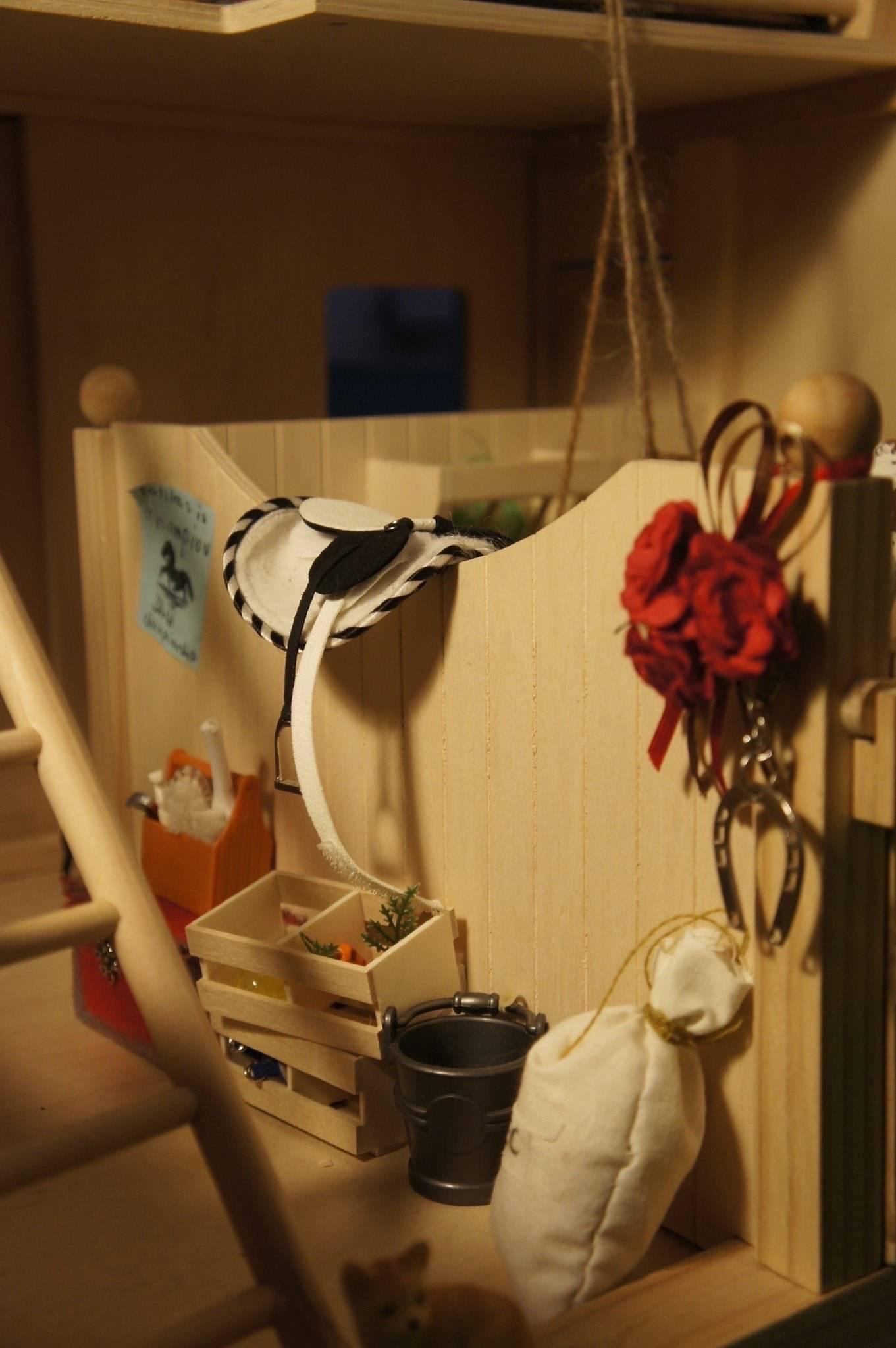"Постановочное фото миниатюрной конюшни ""Тишина на конюшне"""
