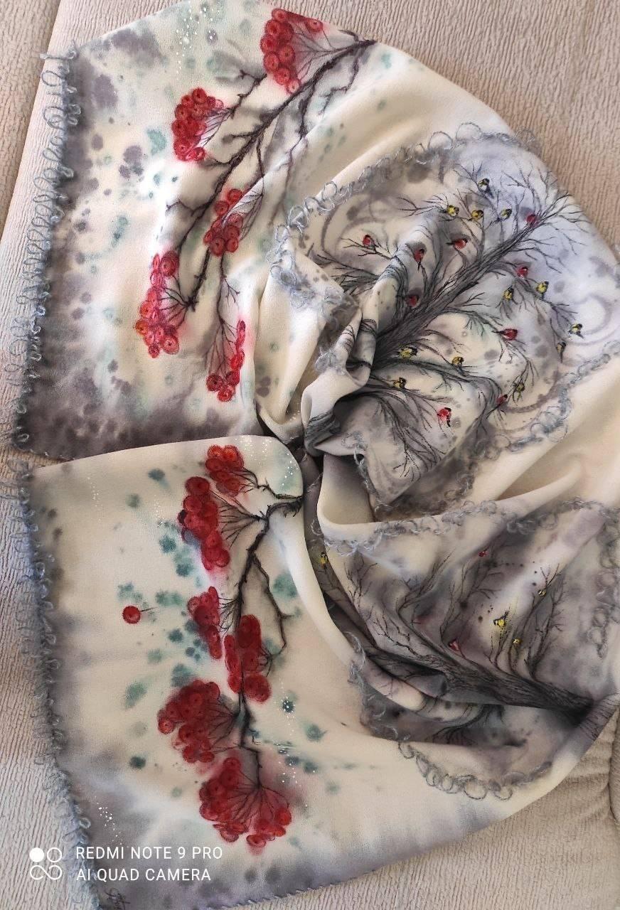 Шерстяной шарф (150х50 см). Зимняя тематика - снегири, синички, гроздья рябины. Роспись по 100% шерстяной ткани, обогащенная вышивкой мохеровой нитью.