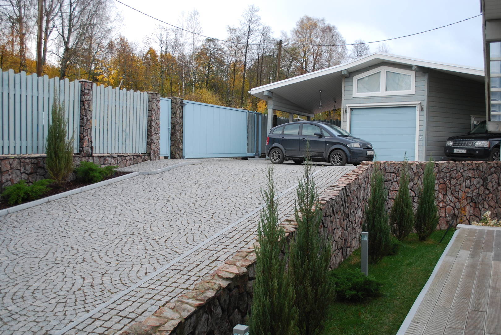 Ландшафтный дизайн частного участка, с перепадом высот в 25 %, в скандинавском стиле.